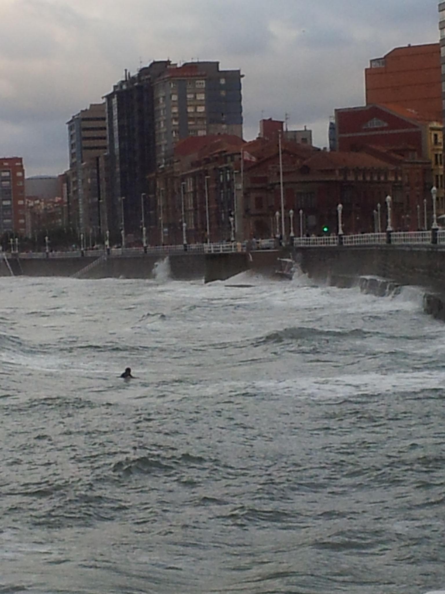 Gijon, im Sturm ein Surfer