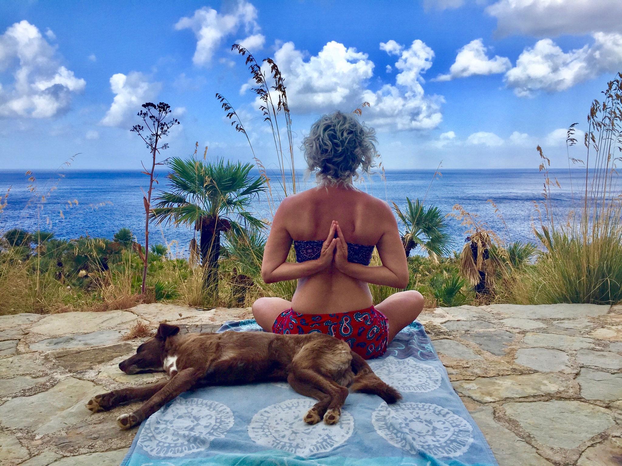 Nimm dir jeden Tag die Zeit still zu sitzen und auf die Dinge zu lauschen. Achte auf die Melodie des Lebens welche in dir schwingt..... Buddha