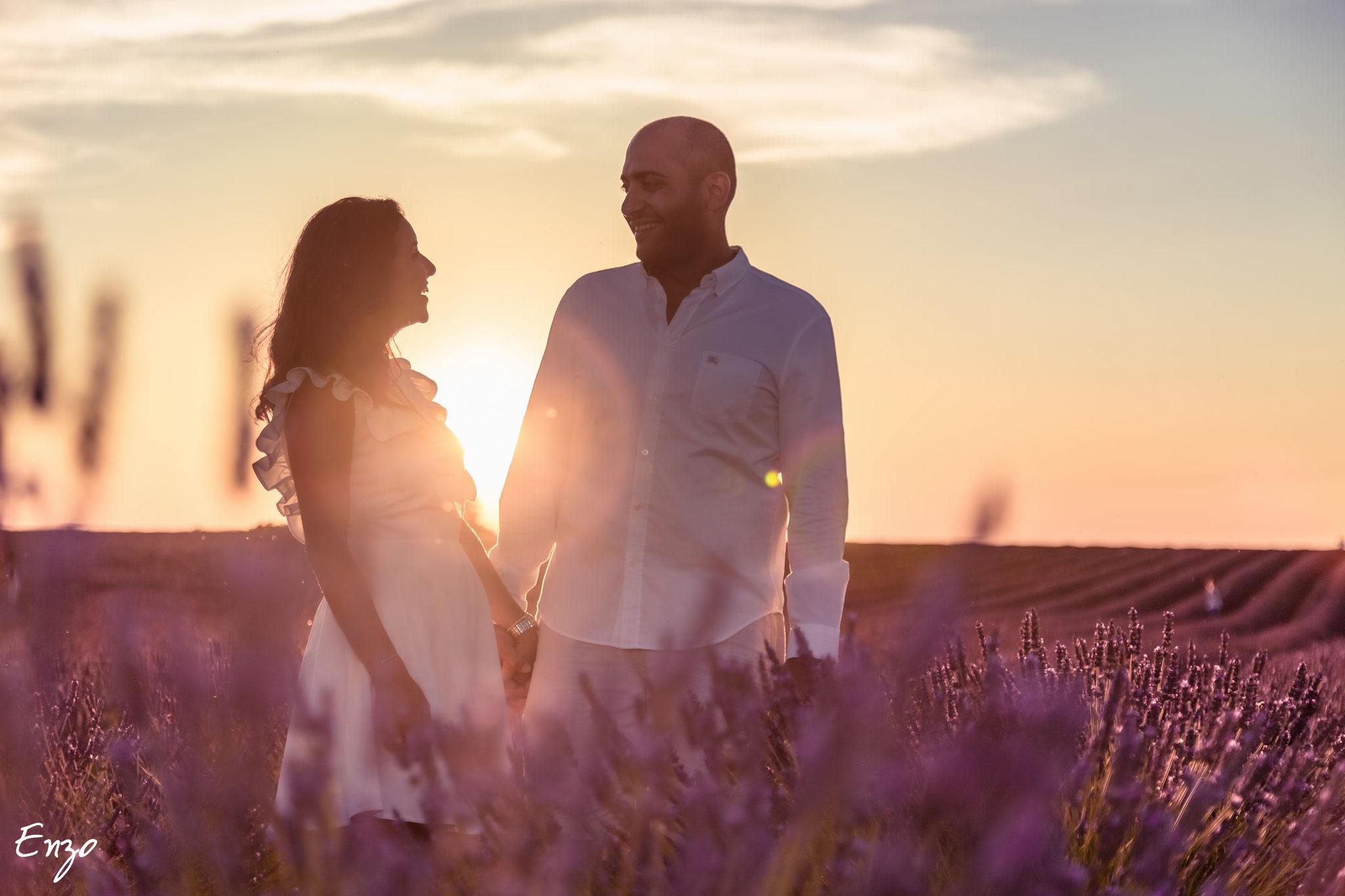 Photo d'un jeune couple dans un champ de lavande au coucher du soleil - Valensole
