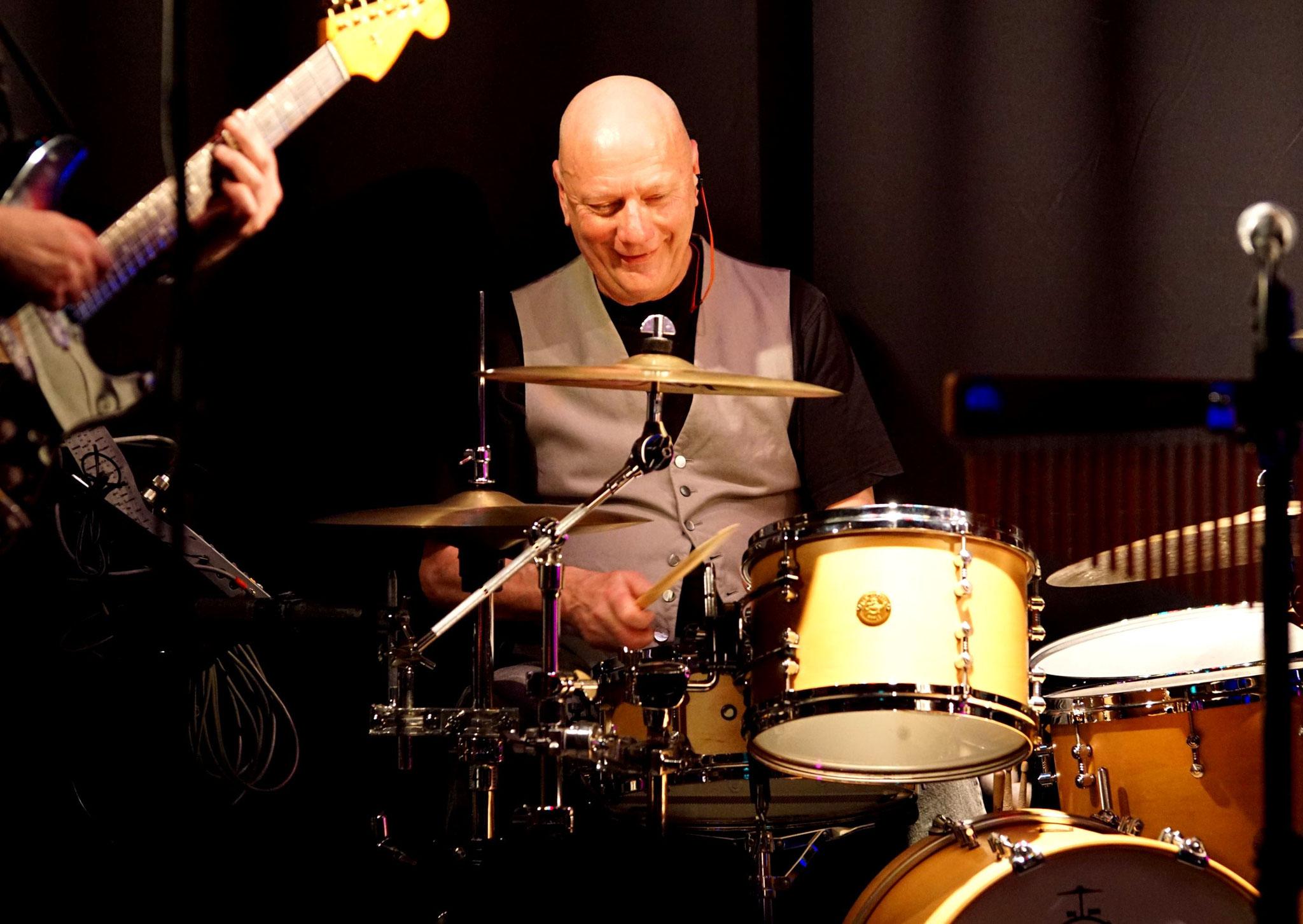 lächelnder Drummer..