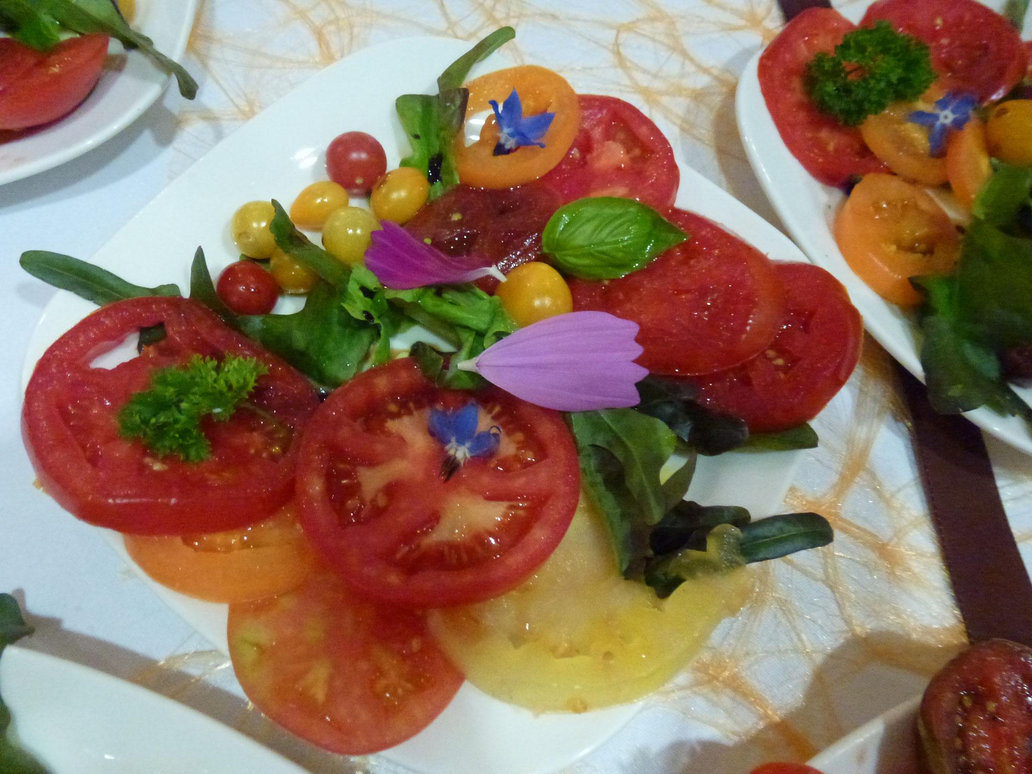 Belle assiette de tomates anciennes