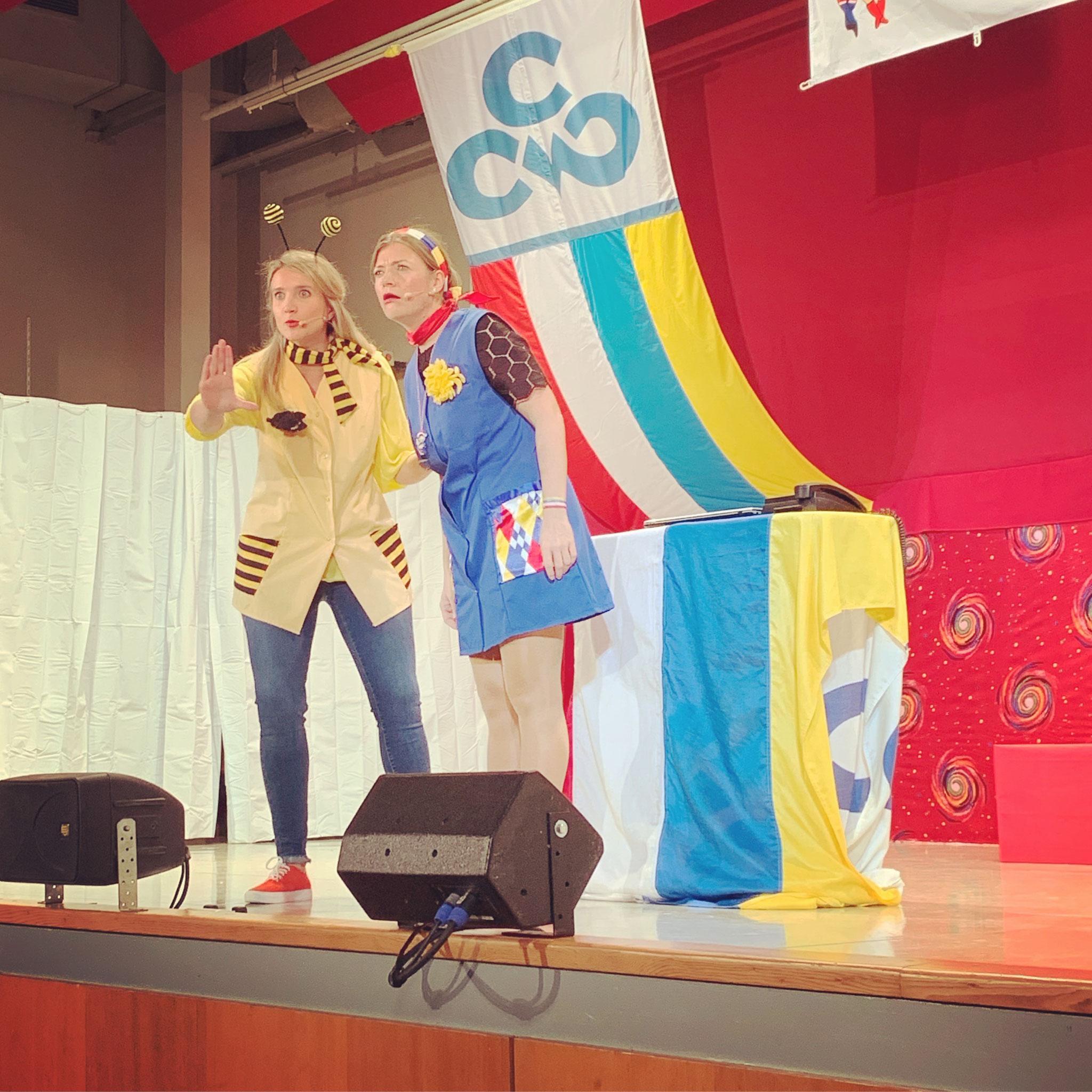 Katrin Schroth & Anne Sartoris In ihrem Fastnachtsladen gings drunter und drüber