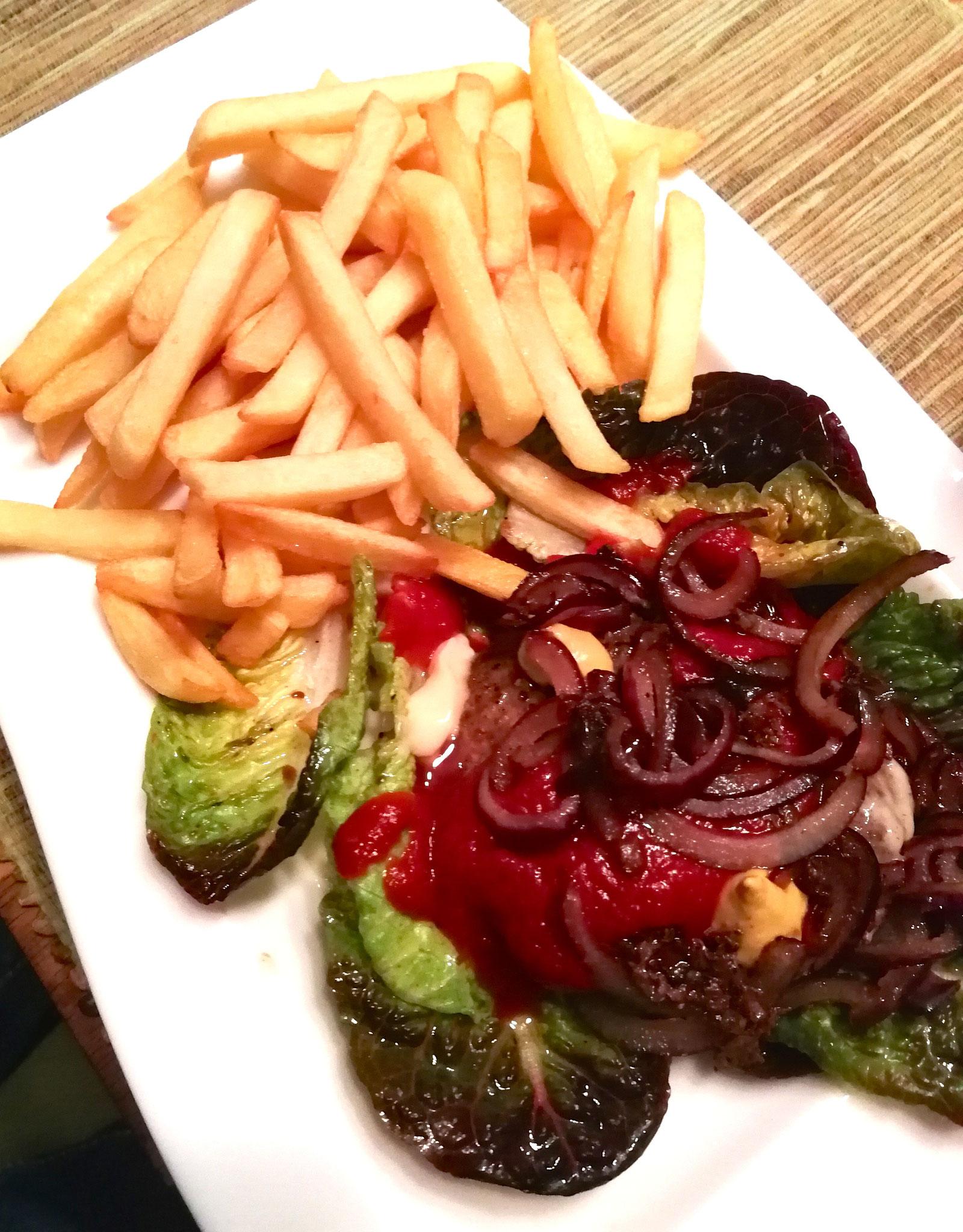 Selbstgemachter Angus-Burger mit knackigem Salat-Kopp