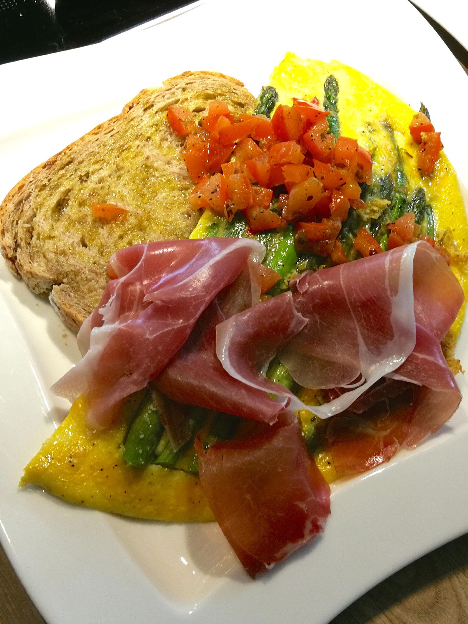 Omlett mit grünem Spargel, Tomaten-Basilikum-Salat und Parma-Schinken