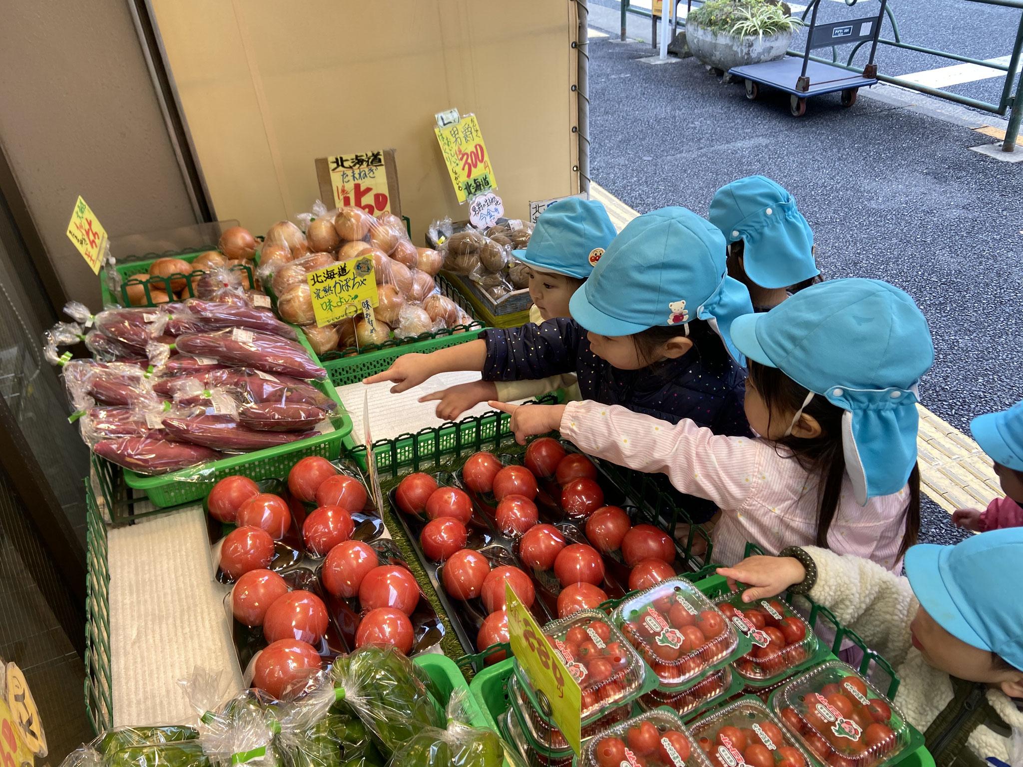 2歳クラスのお友だちはお買い物に来ましたよ! 美味しそうなお野菜がたくさん! 今日はさつま芋を買いますよ~。