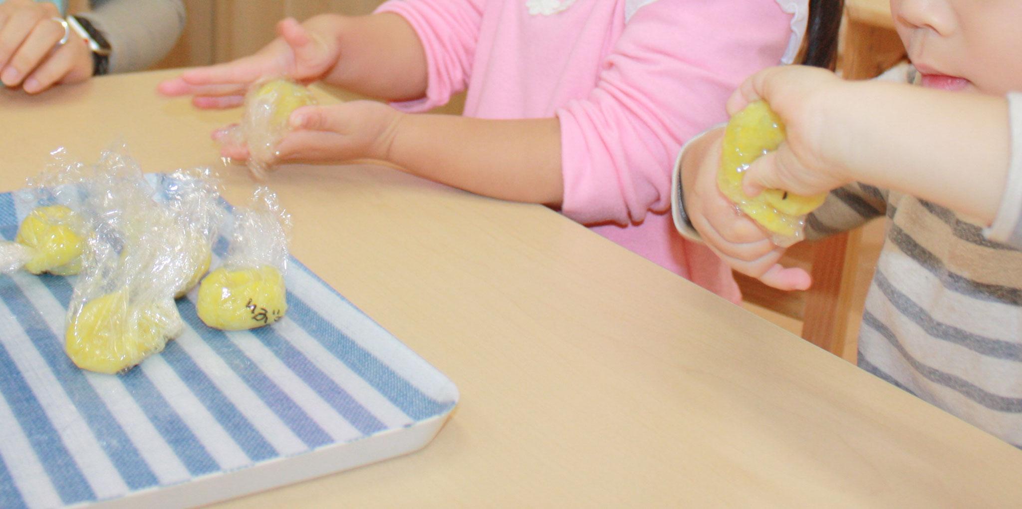それからラップに包んでコロコロコロコロ。 芋団子の出来上がり! きな粉もかけておいしくいただきました!