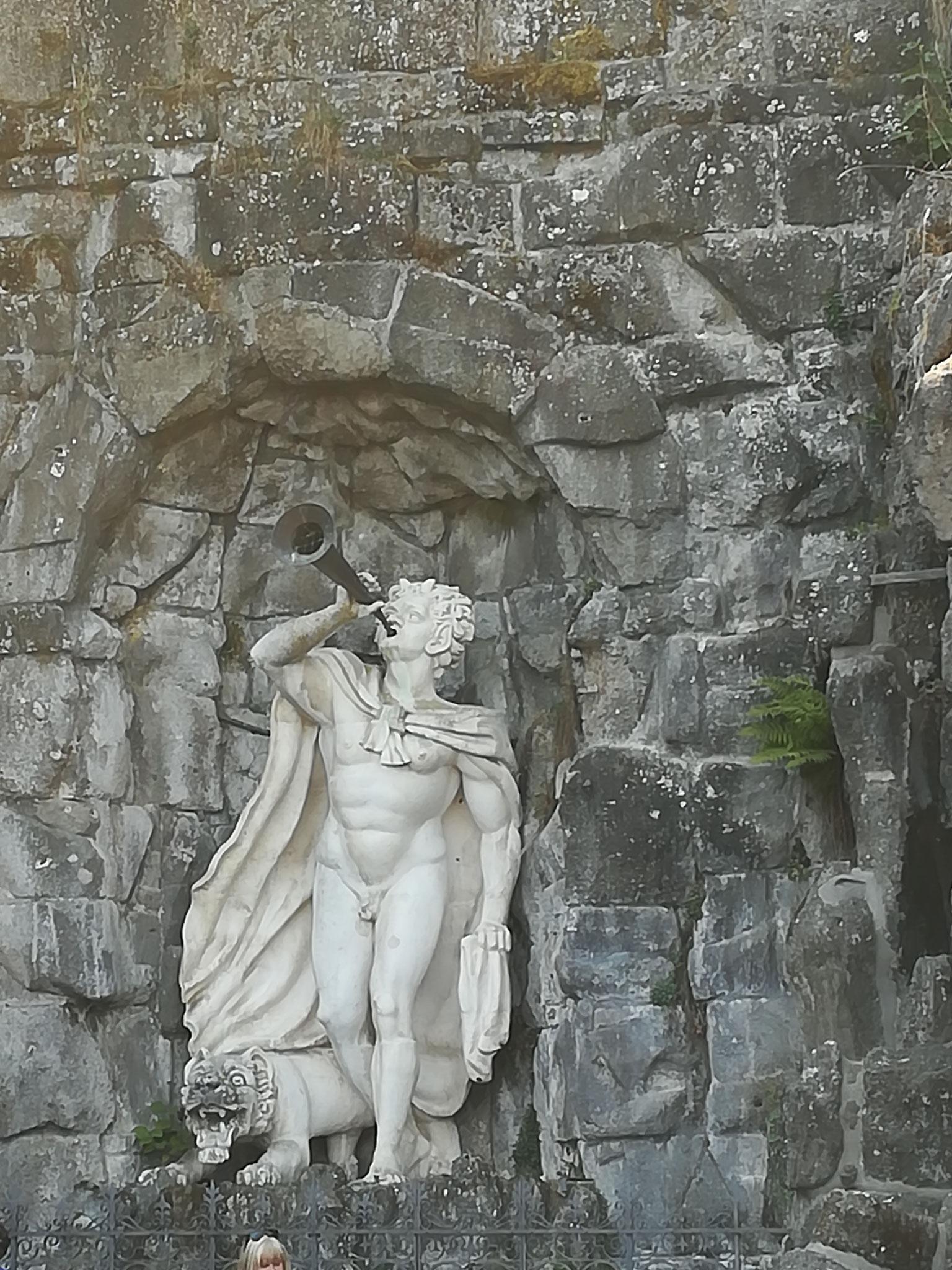 Mythologische Figur mit Trompete