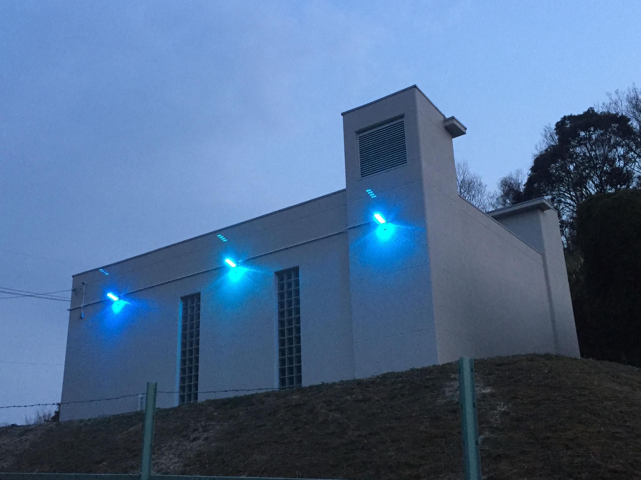 下水道ポンプ場青色LED防犯灯  犯罪抑止効果が期待できるとされている青色光源照明を設置しました。