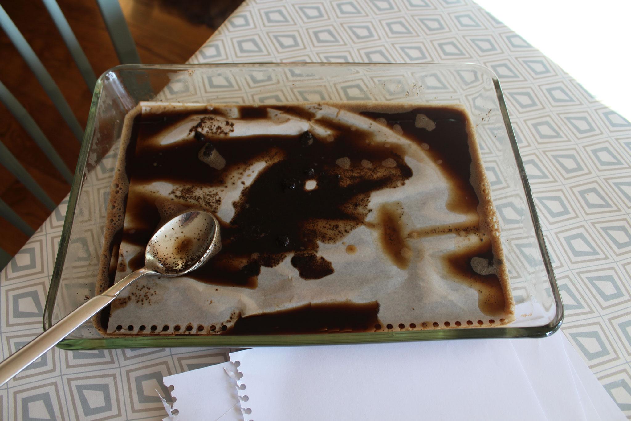 Das Papier mit Kaffee oder Tee altern lassen