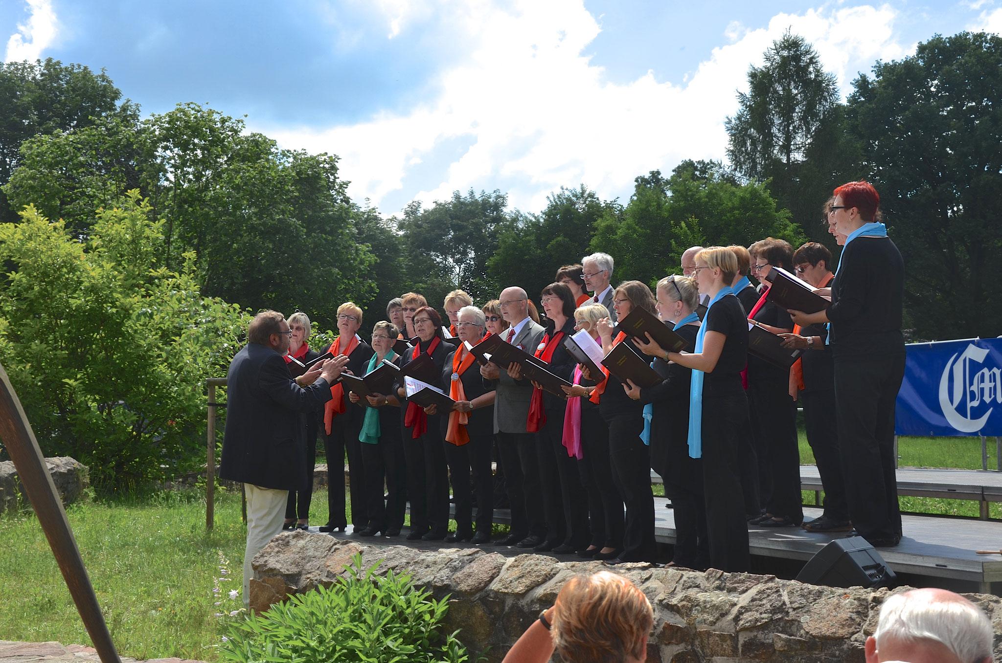 Singen vor dem Käthe-Kollwitz-Haus