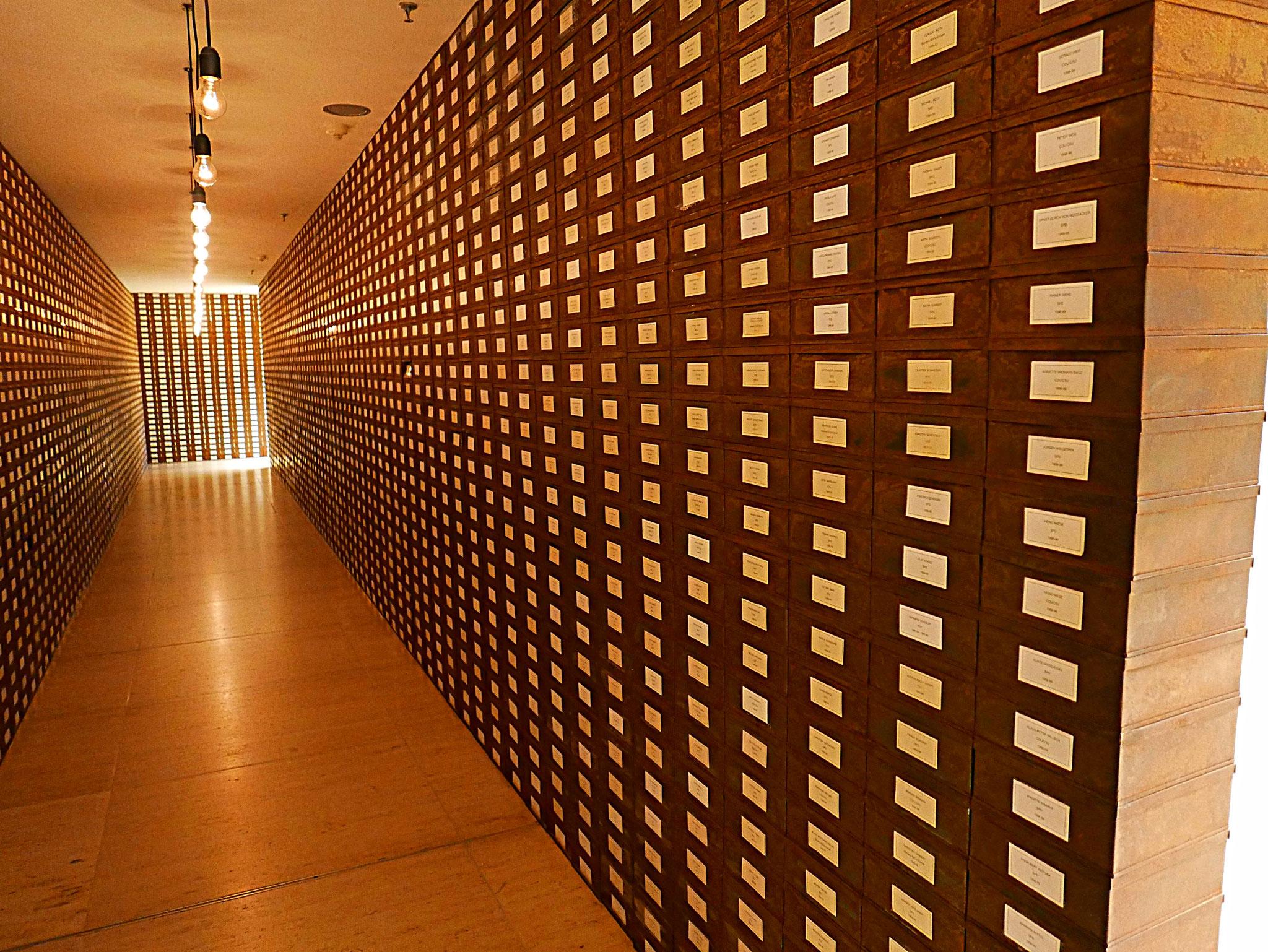 """Kunst von Christian Boltanski: """"Archiv der deutschen Abgeordneten"""" von 1919 bis 1999"""