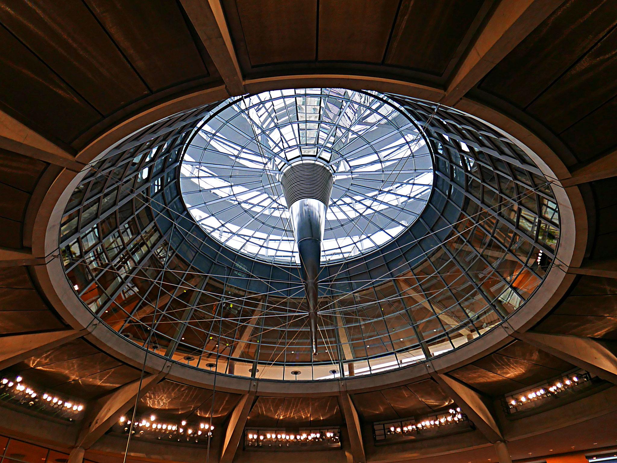 Der Trichter der Kuppel sorgt für gutes Licht und Luft im Plenarsaal