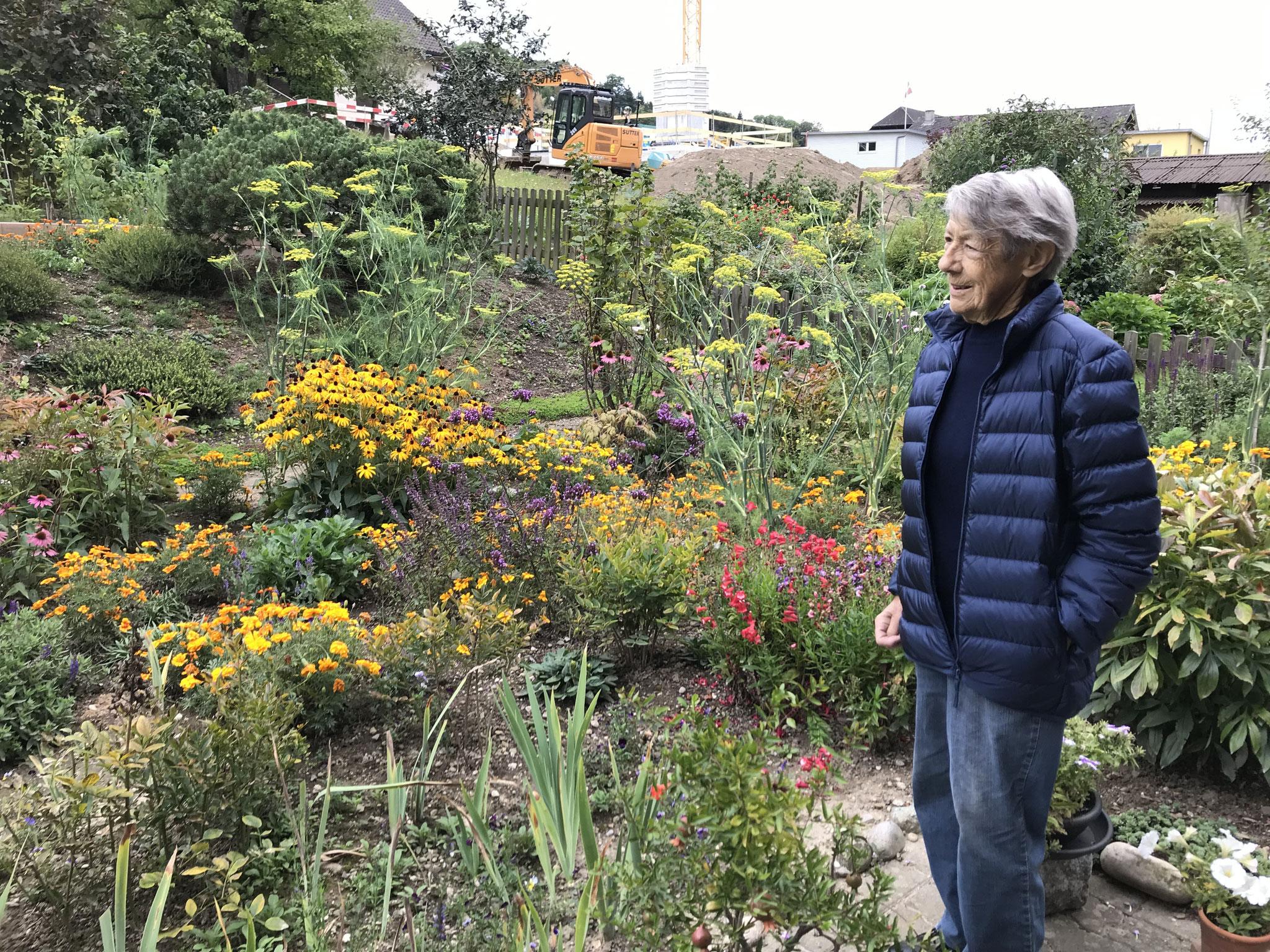 Hanni Schmutz im Garten