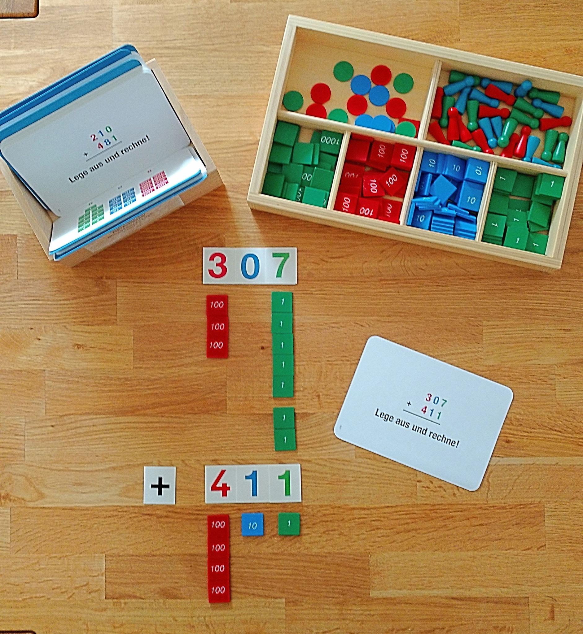 Mit Hilfe von Montessori Materialien werden Rechenvorgänge erlebbar.