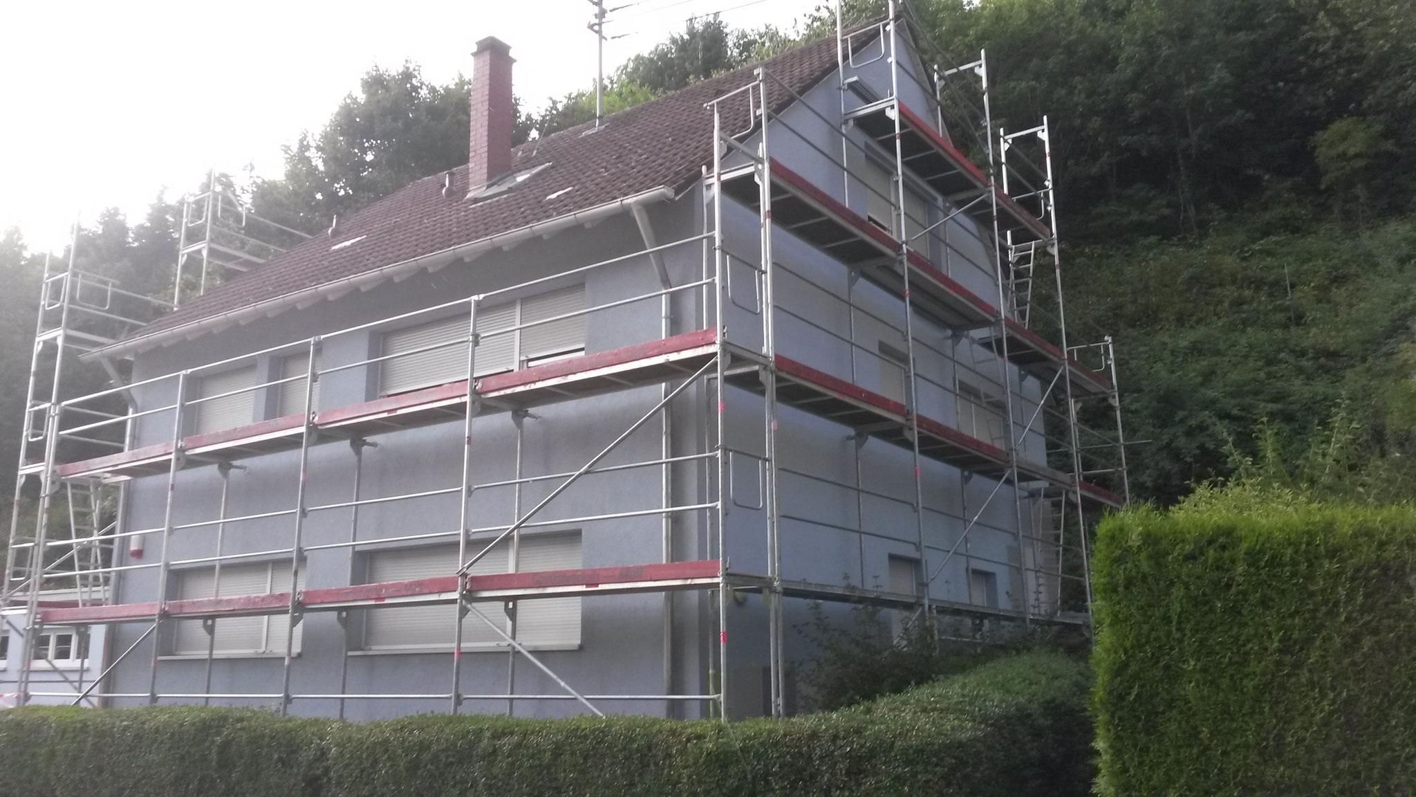 Haslach eingerüstetes Mehrfamilienhaus