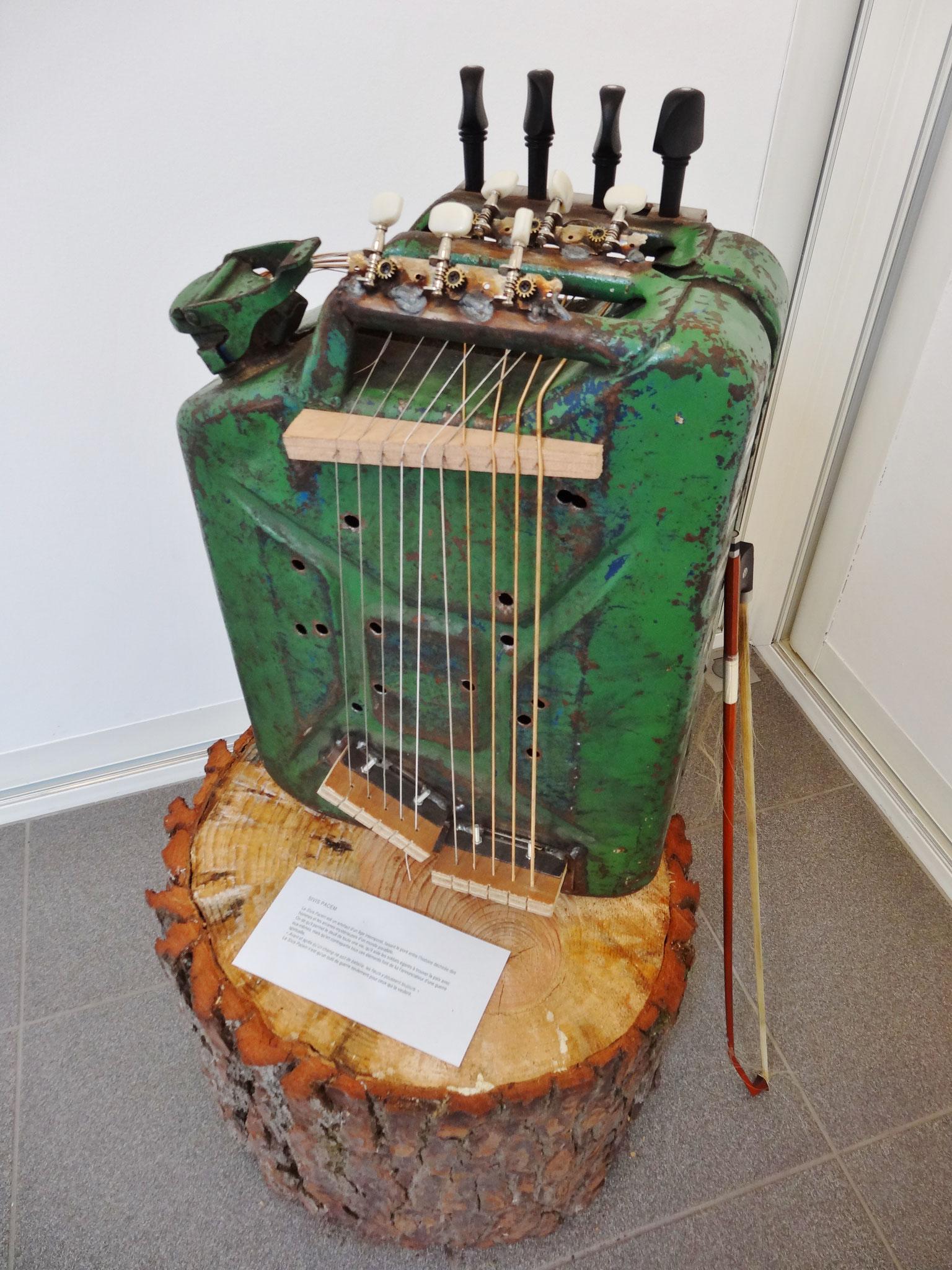 Noël Rasendrason, Sivis Pacem, 2016. Tôle d'acier, cordes guitare et basse (fer tissé), bois, 47 x 35 x 18 cm.