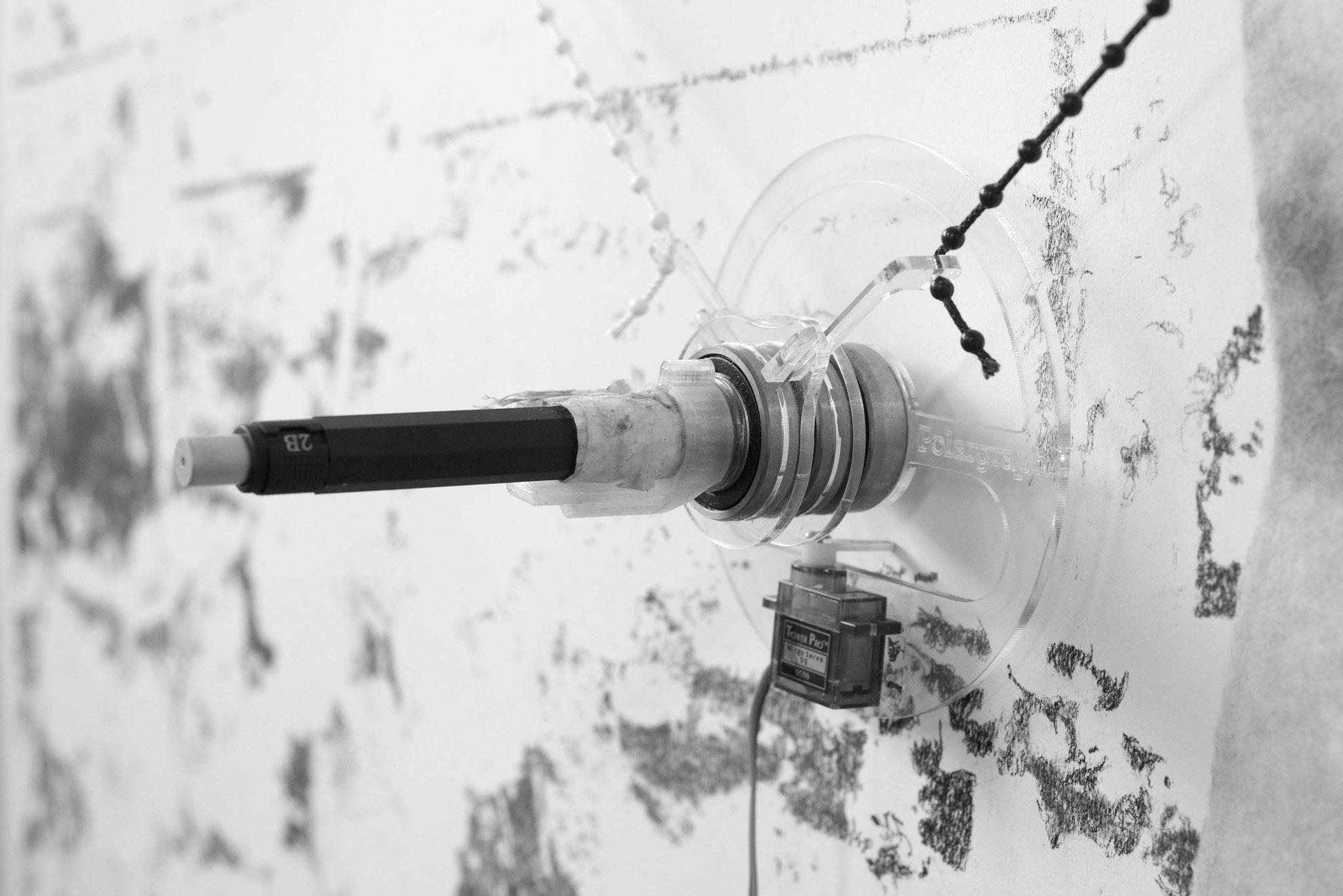 Détail de la machine à dessiner. Photo : Camille Bondon
