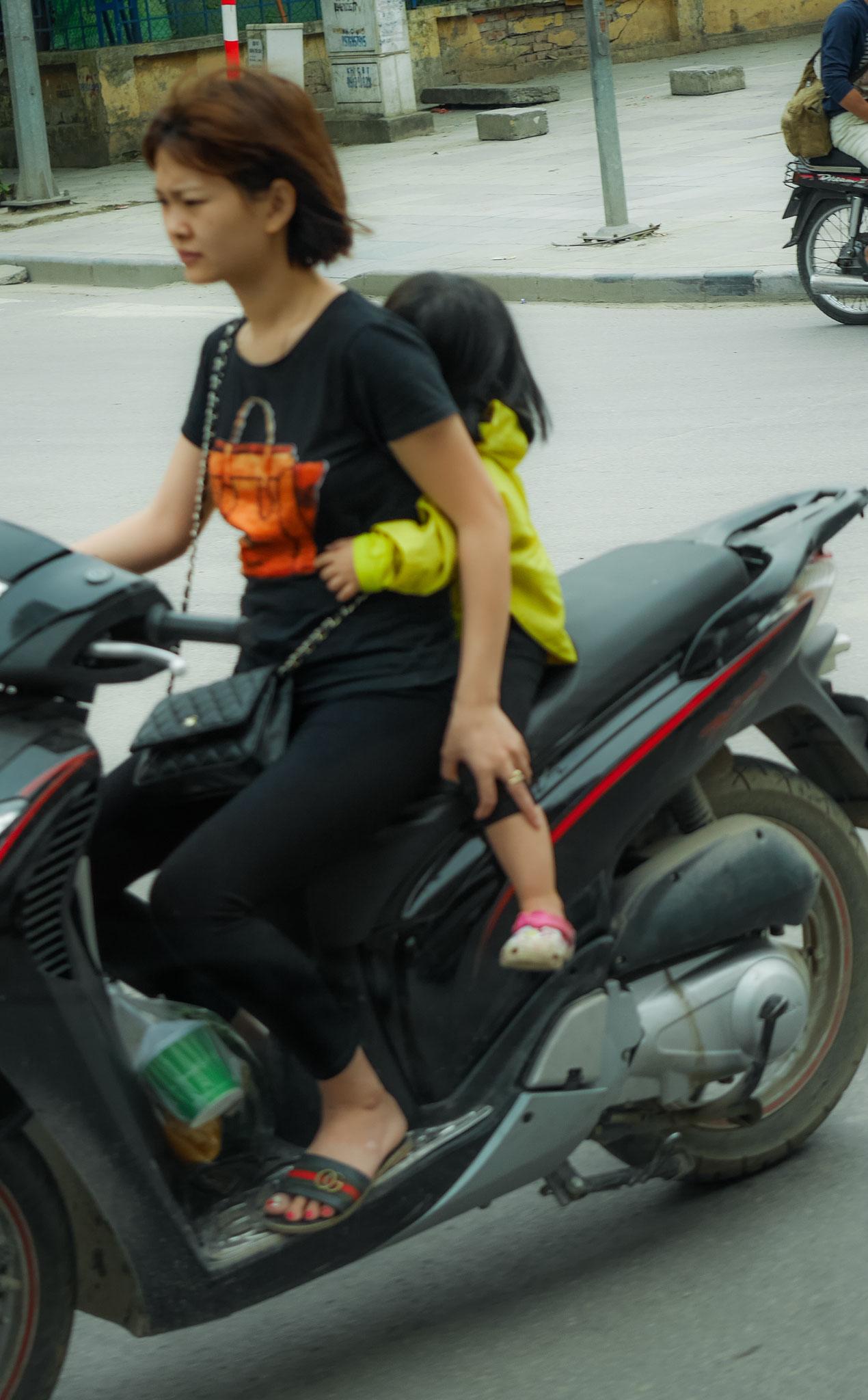 """Hanoi - """"verrückte"""" Mopedfahrer oder der  alltägliche Wahnsinn"""