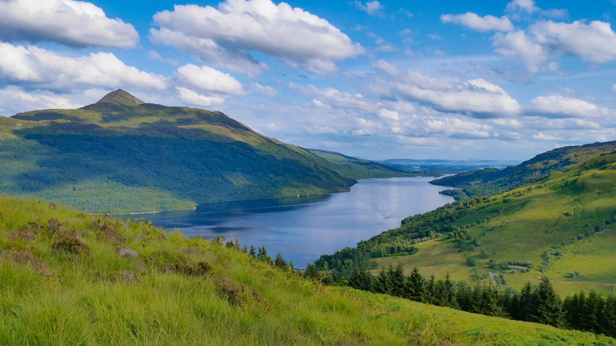 Blick vom Cruach Teirbeirt auf den Ben Lomond und See