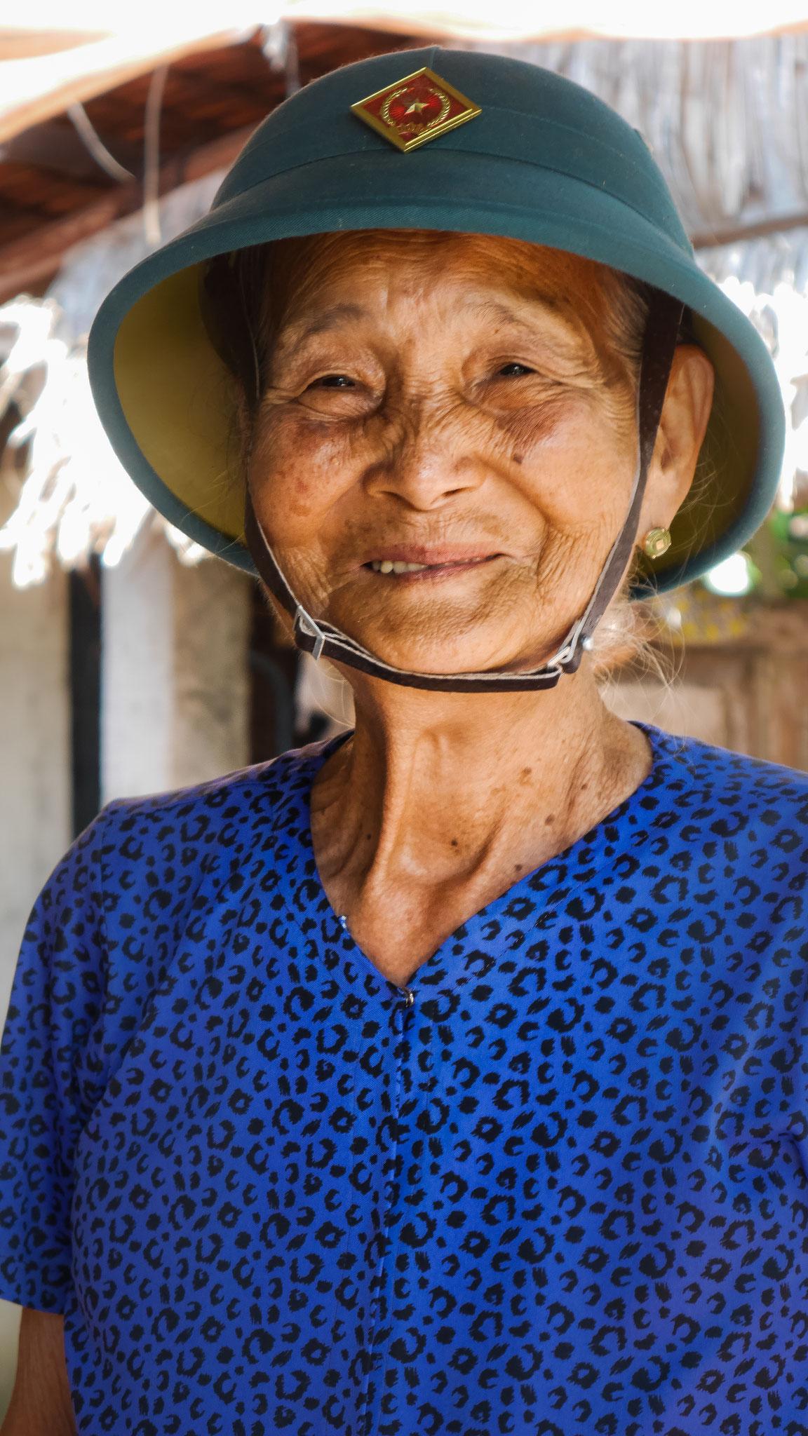 """""""alte Frau"""" im Mekong Delta mit Reliquie aus dem Krieg"""