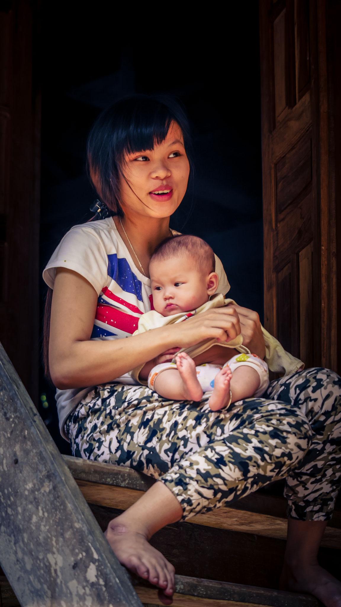 Unterwegs in Mai Chau - junge Mutti (22 Jahre) mit ihrem Kind