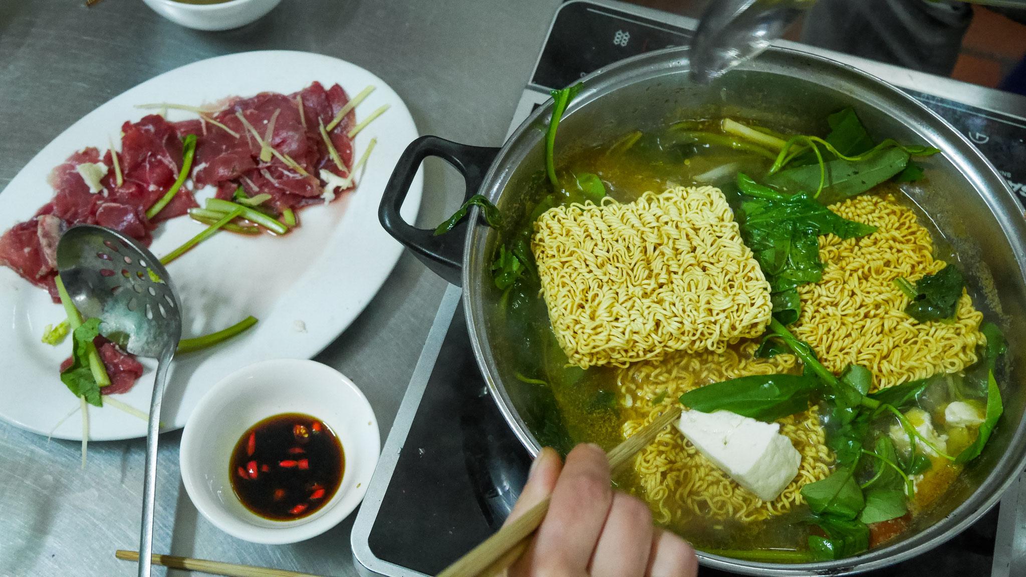 Hanoi - Bia Hoi Bar (unser Abendessen)