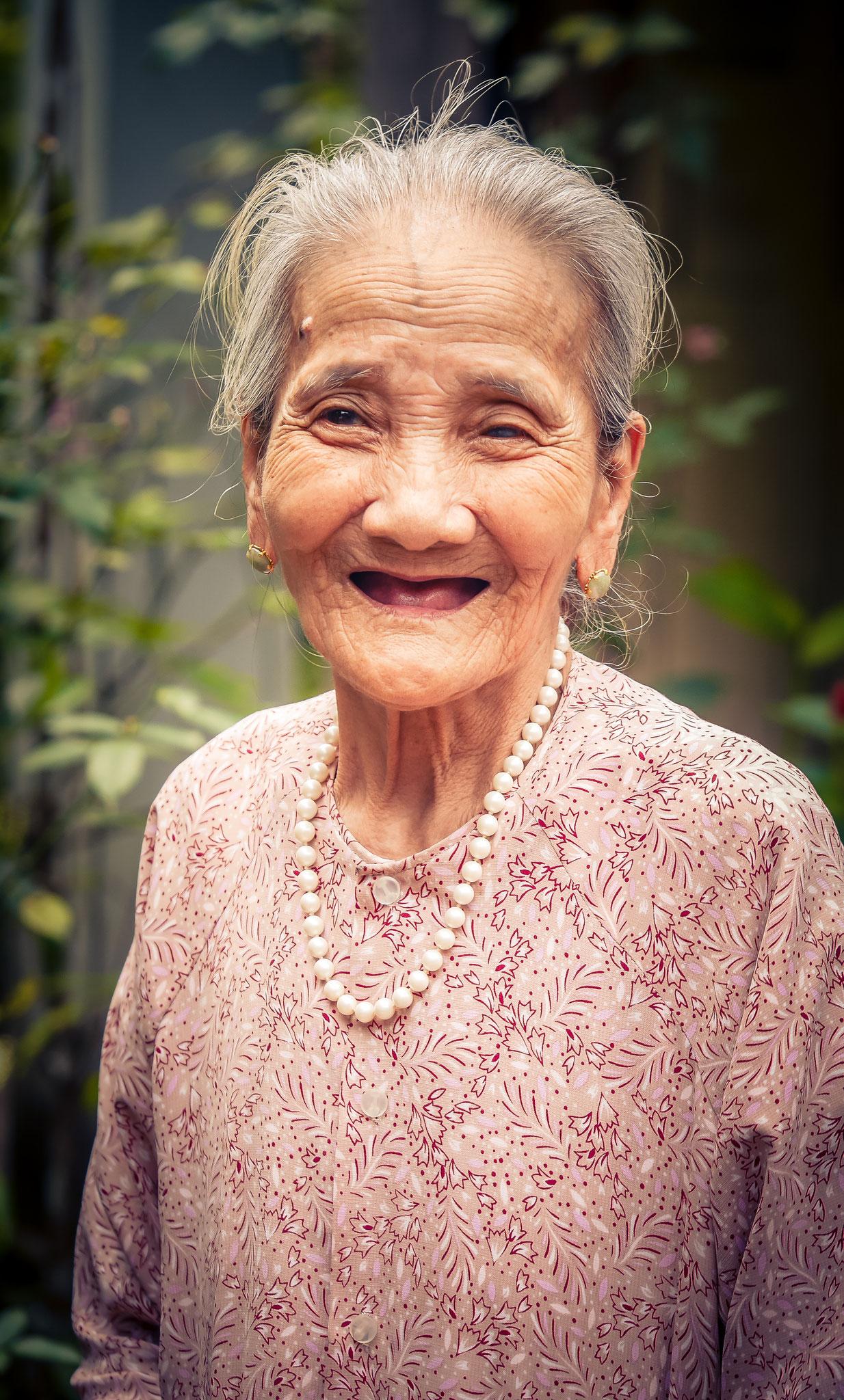 Hue - Besuch in einem Feng Shui Garden - alte Frau ist 93 Jahre