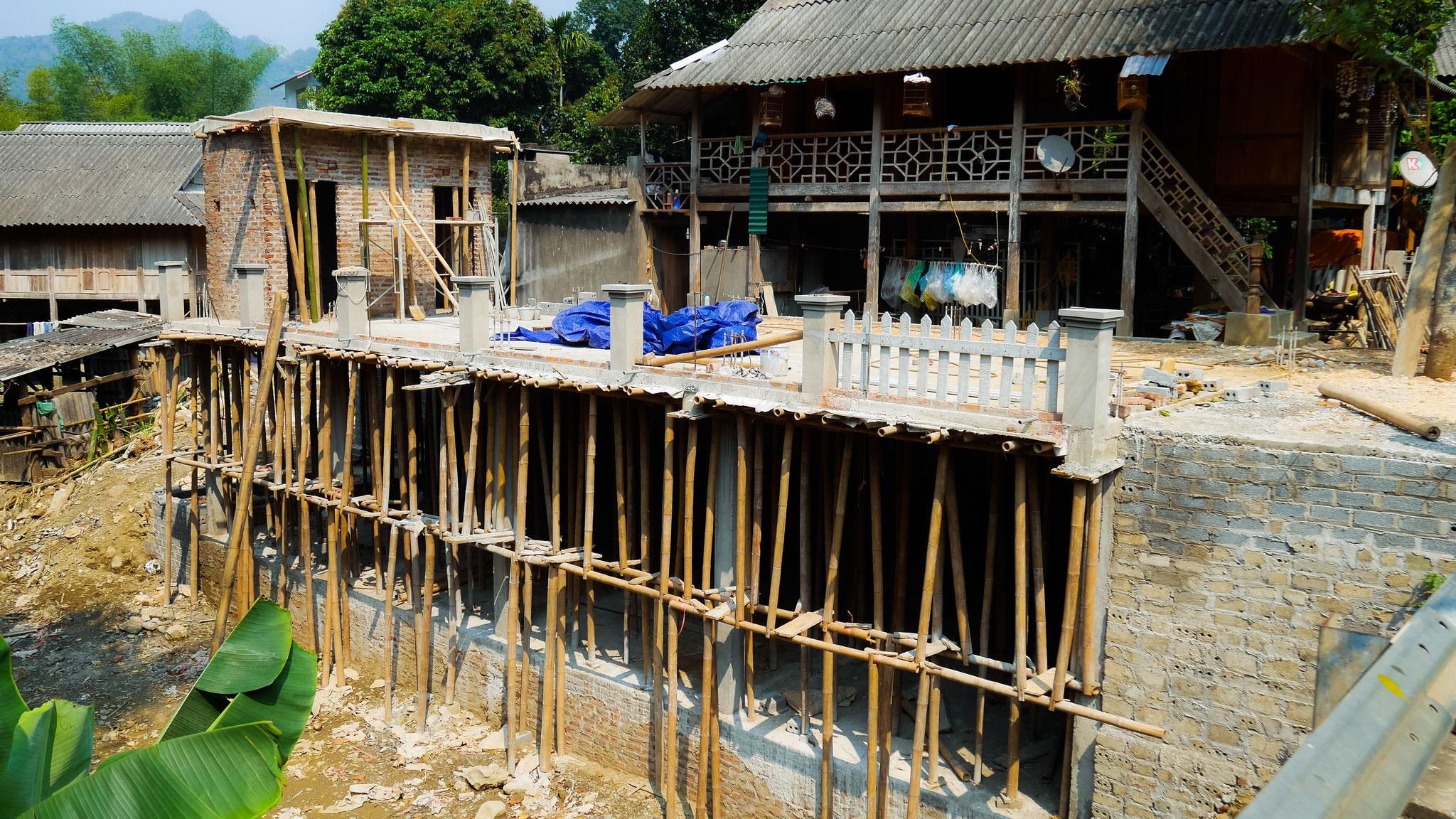Unterwegs in Mai Chau - Baustellengerüst :)