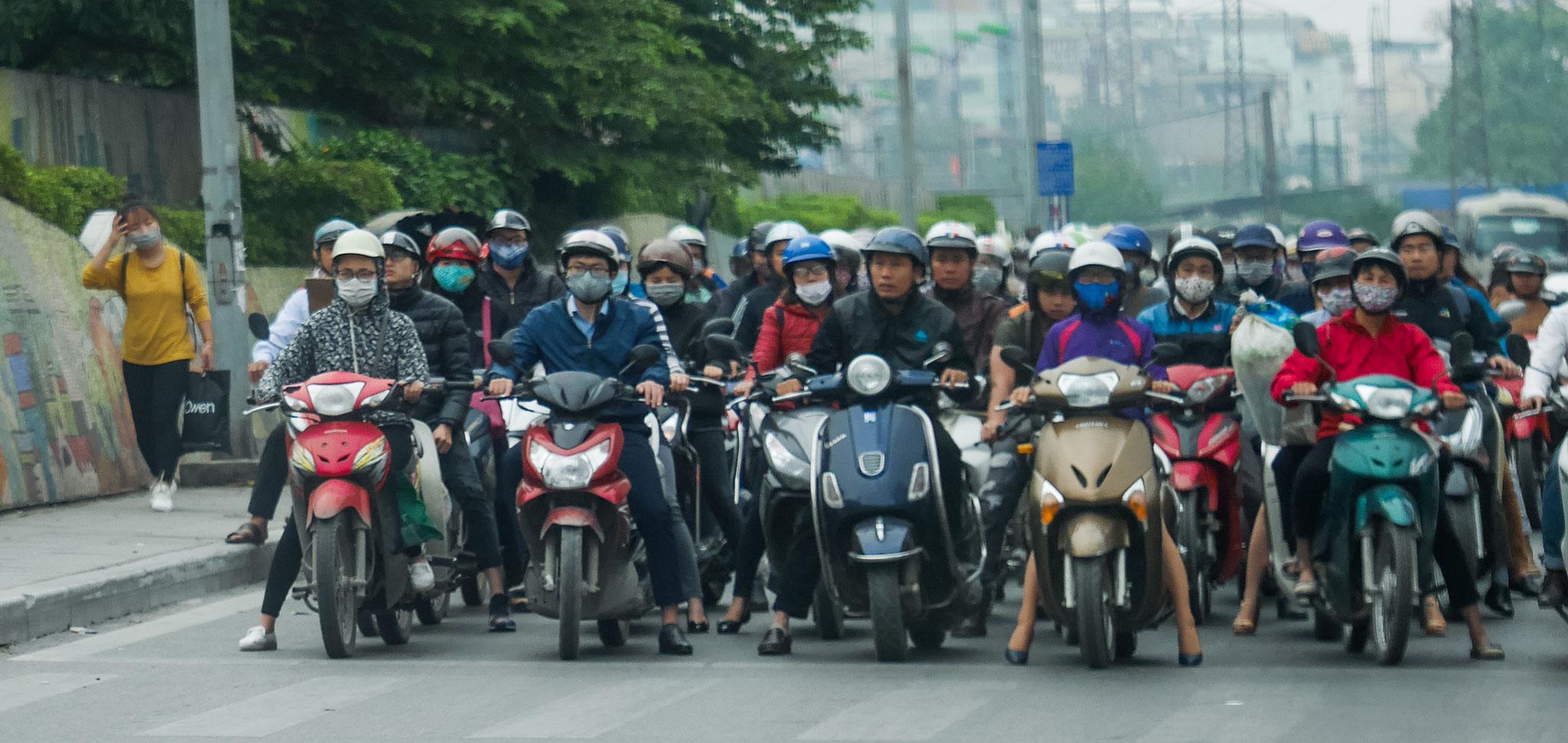 Hanoi - der morgendliche Verkehr - Startlinie für die Formel 1
