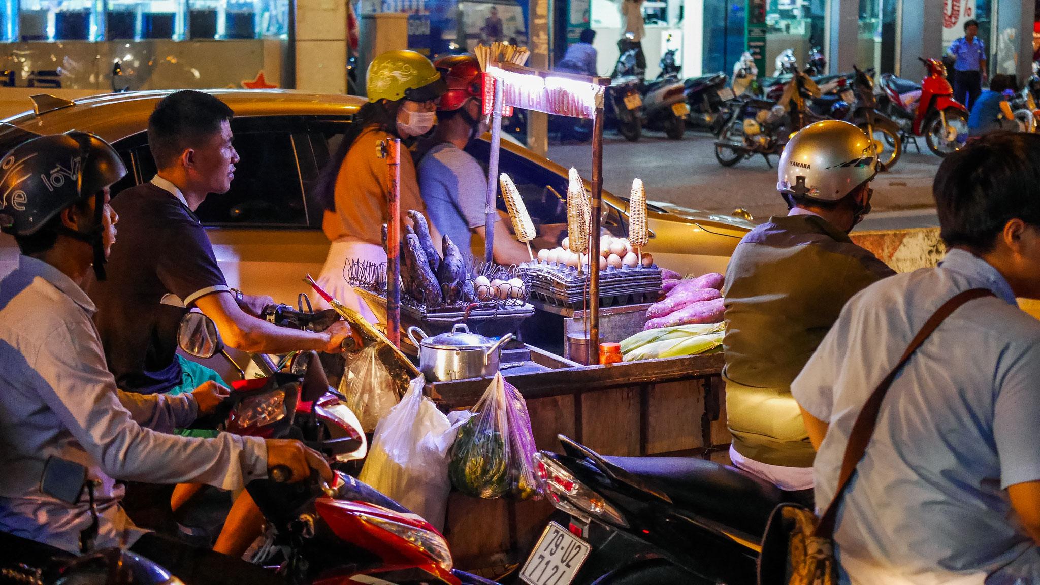 Ho-Chi-Minh-Stadt (Saigon) bei Nacht...