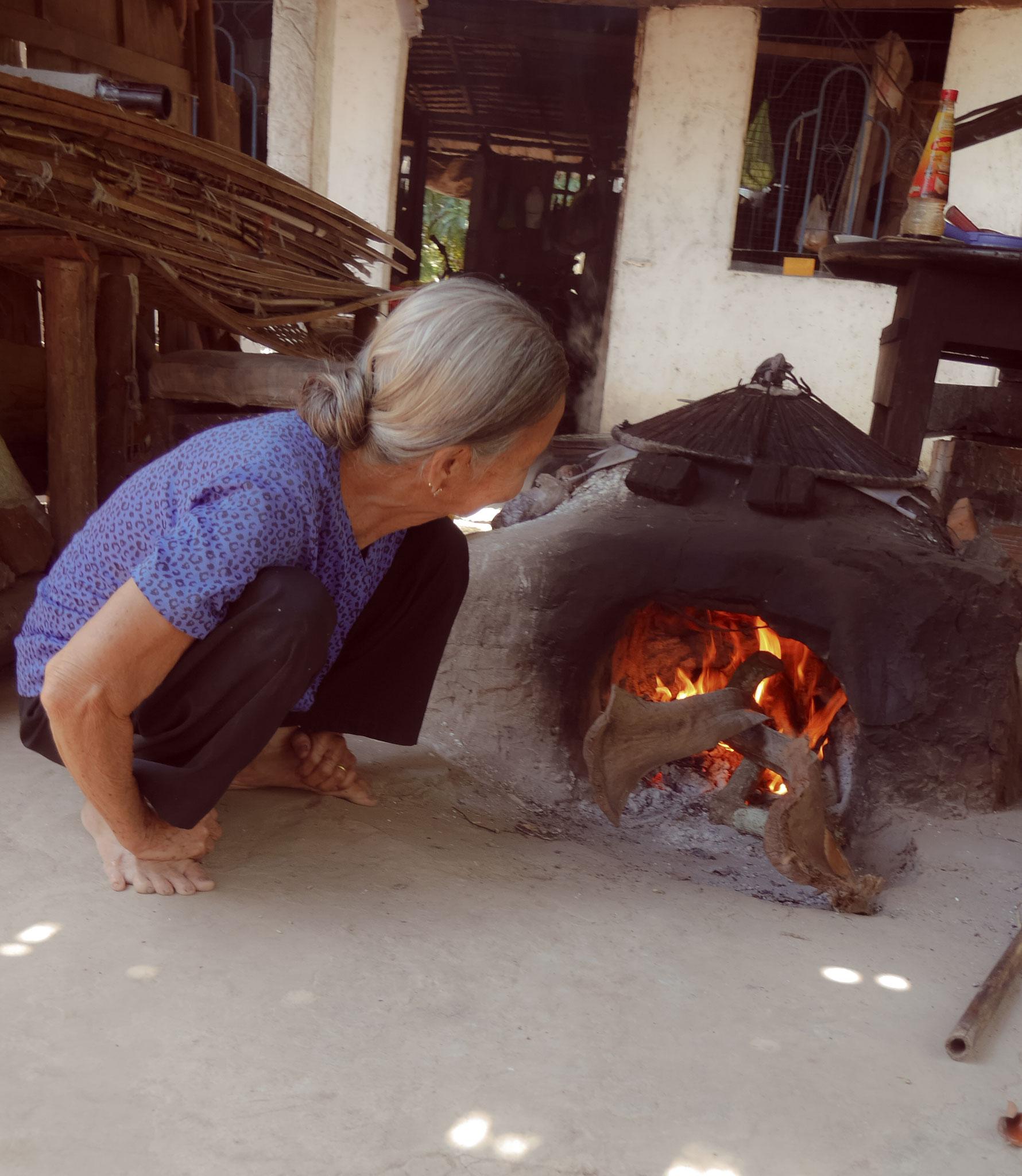 """""""alte Frau"""" im Mekong Delta beim Herstellen der Reispapier"""