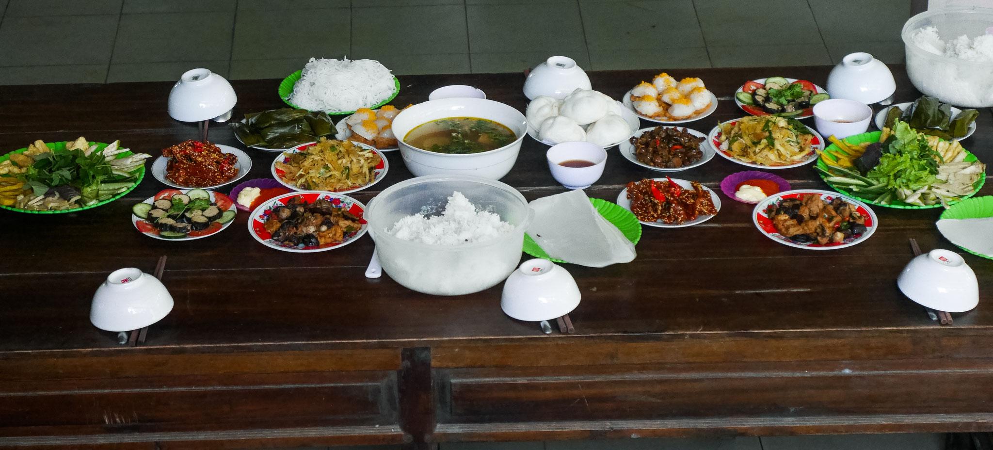 Hue - Thien Mu Pagoda - das Essen der Mönche
