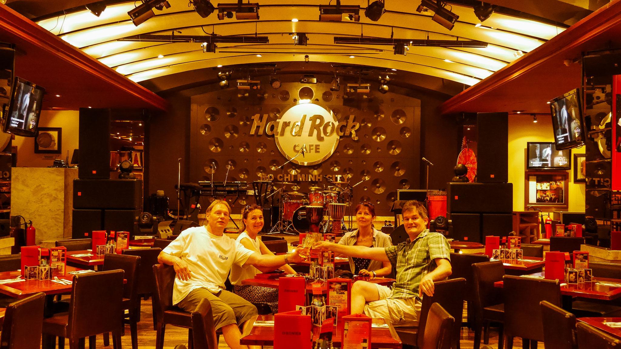 letze Runde vor dem Abflug durch die Stadt - Hard Rock Cafe Saigon