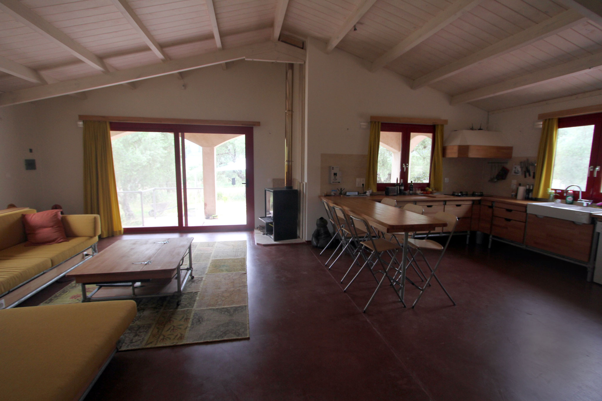 Sfeervolle woonkamer met open keuken