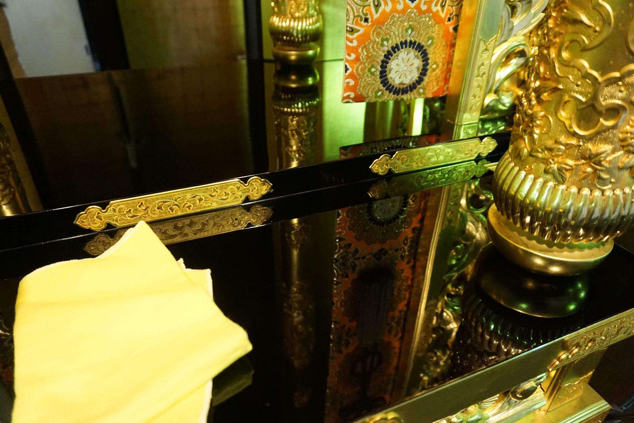 この仏具は平成2年新調で27年経ちますが、漆磨きを使うとくすみが取れ、鏡のような輝きになります