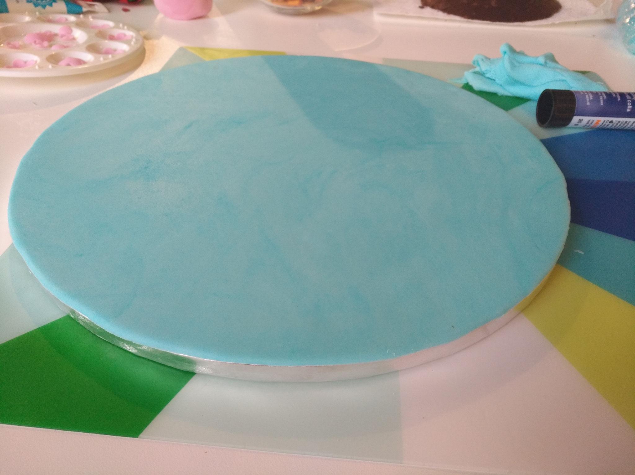 Die Tortenplatte wurde mit Fondant bedeckt...