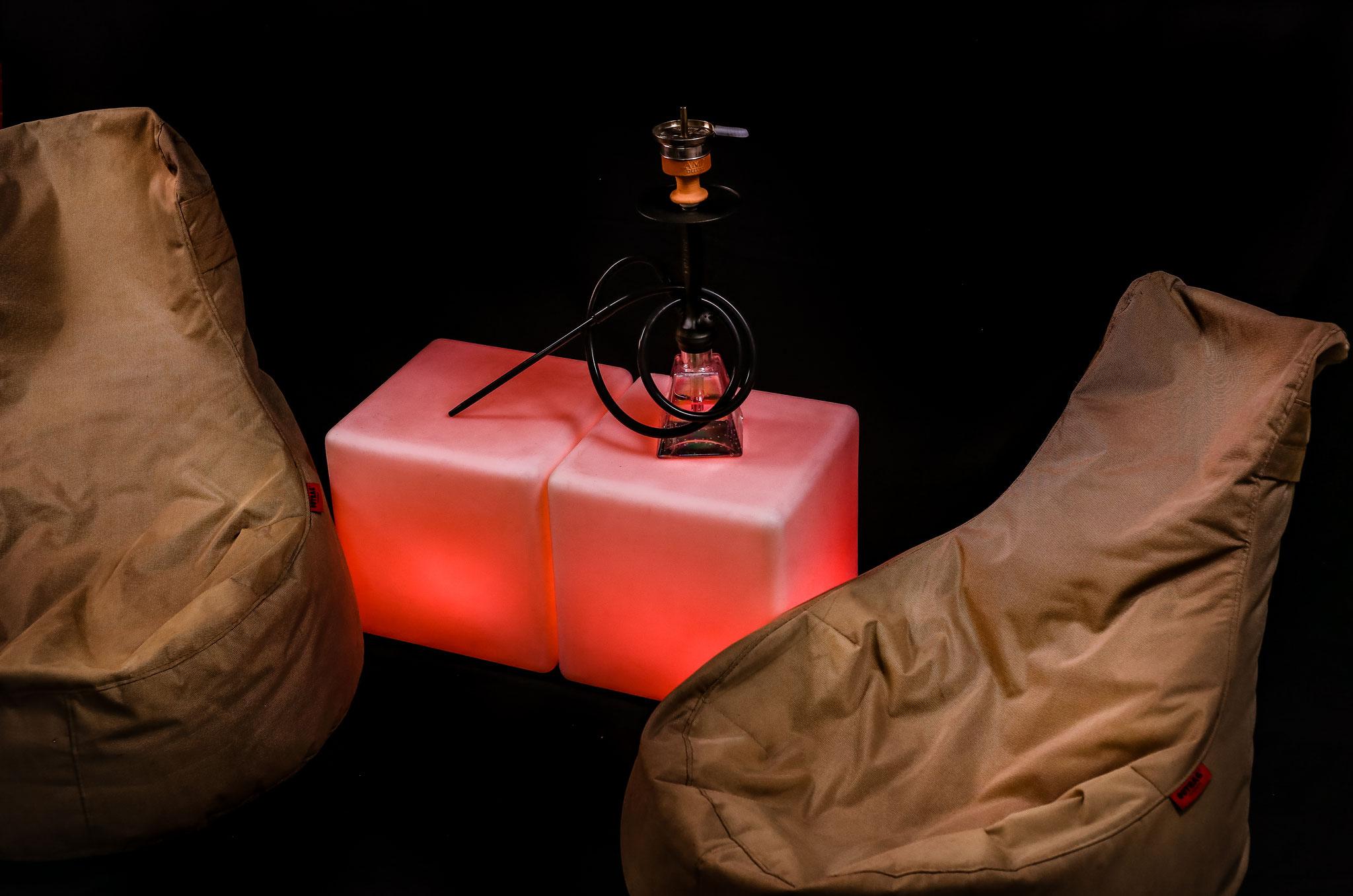 Shisha Sitzecke inkl. Sitzsäcken und beleuchtetem Beistelltisch