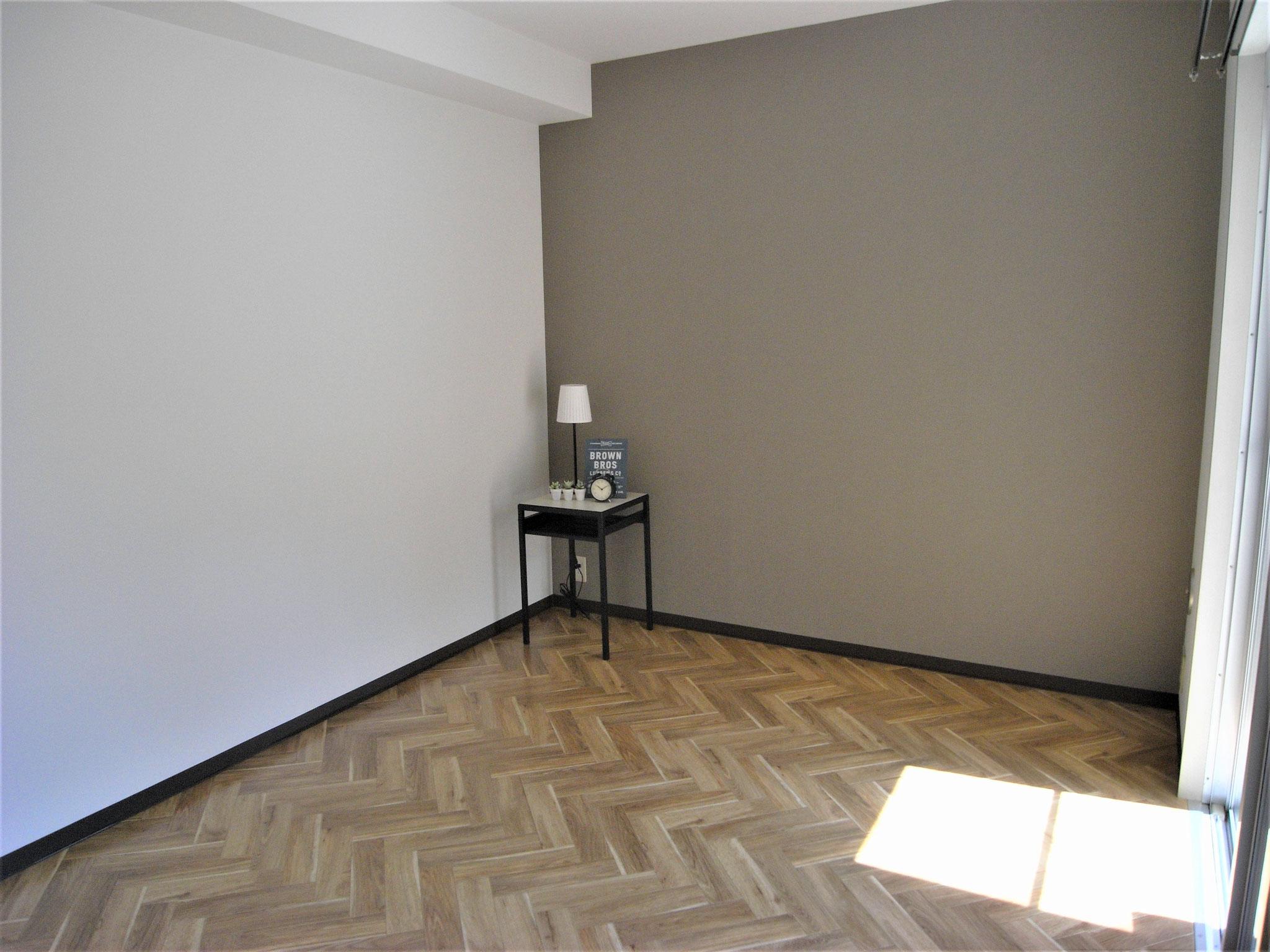 ミルクティーベージュの壁が落ち着いた雰囲気の洋室2(6帖)