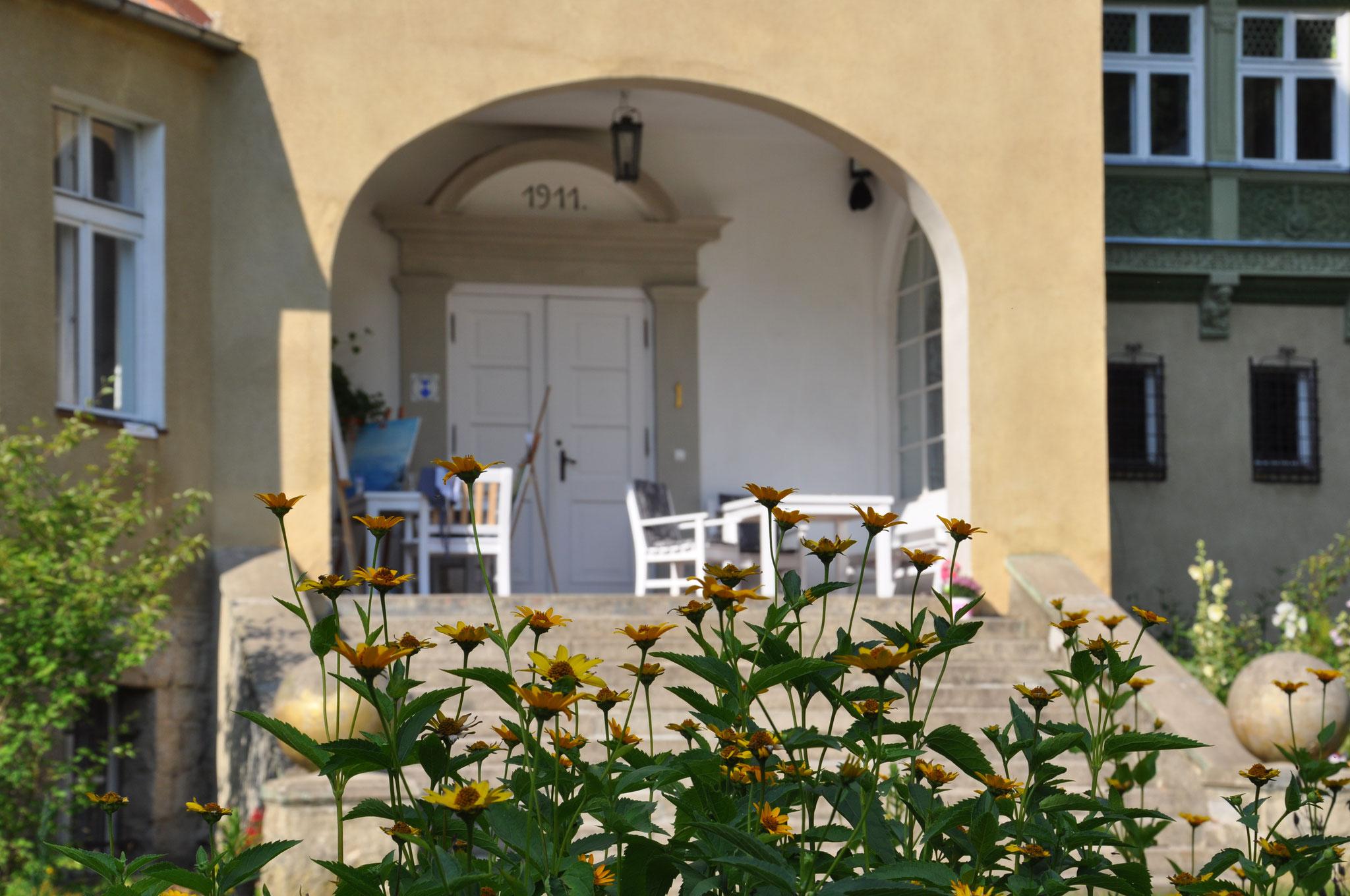 Der Eingang des Gutshauses Klopotowo
