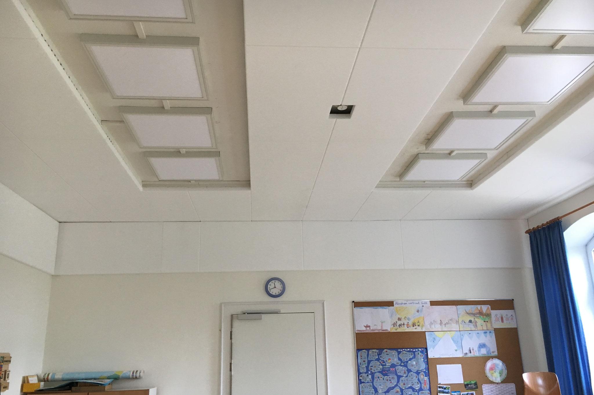 """Klassenraum 17 """"nachher"""" mit zusätzlichen Schallabsorbern"""