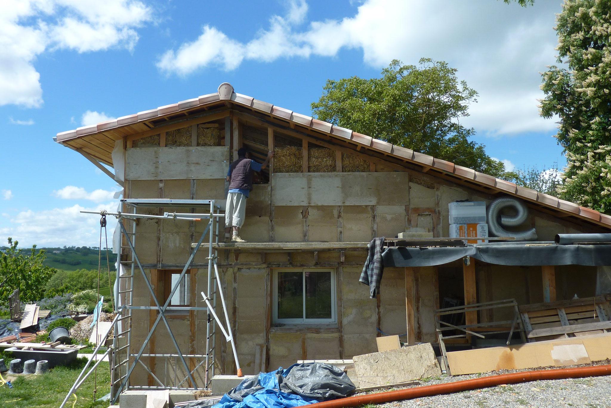 Face Est presque finie avec déjà en place les fenêtres de la serre et de la cuisine