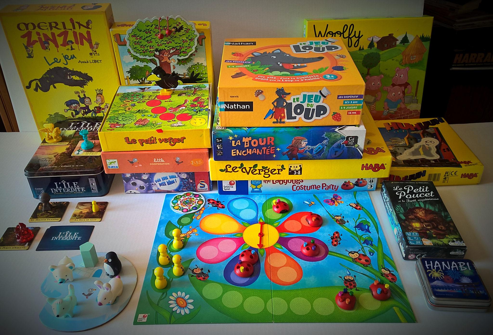 des premiers jeux de règle pour les plus jeunes aux jeux plus complexes, l'esprit reste le même : jouer ensemble pour atteindre un objectif commun