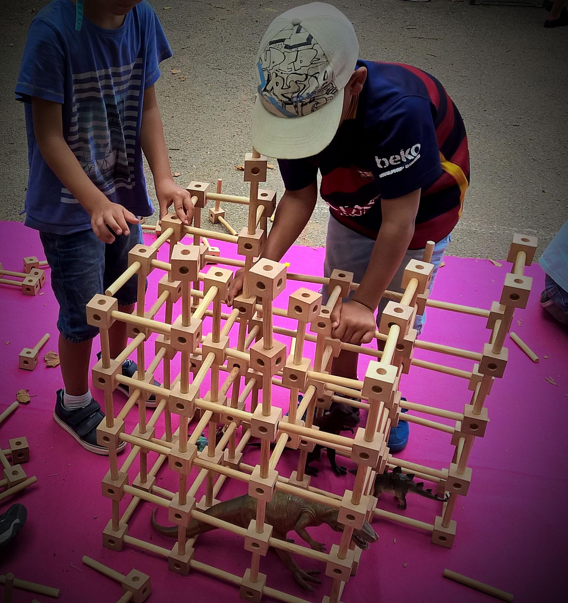 construction collective en 3D avec les Kooby : moins technique que le Kapla mais tout aussi intéressant pour créer ensemble