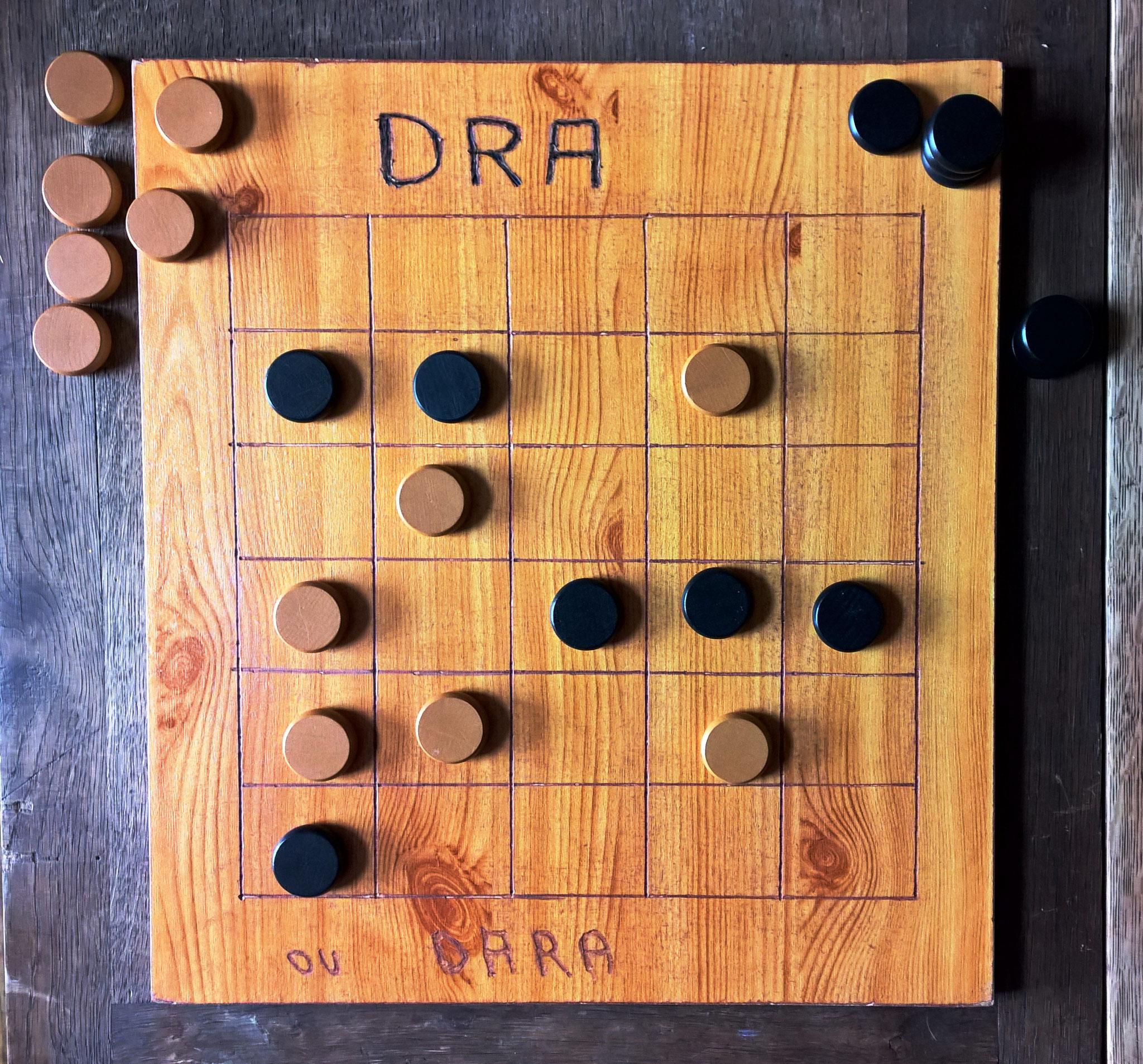 Dra, jeu de la famille des Marelles et du Moulin (jeu de capture par alignement)