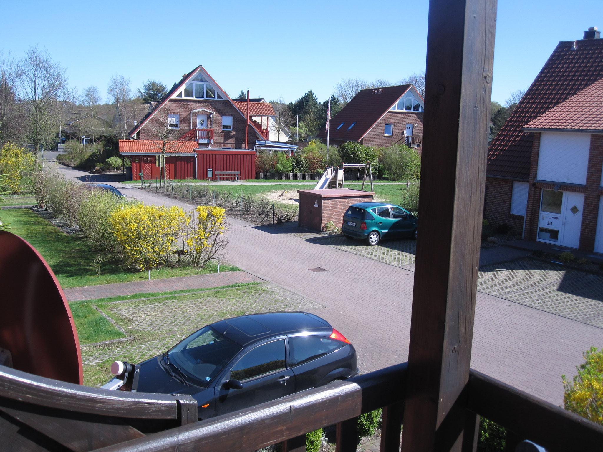Blick auf den Spielplatz vom Balkon