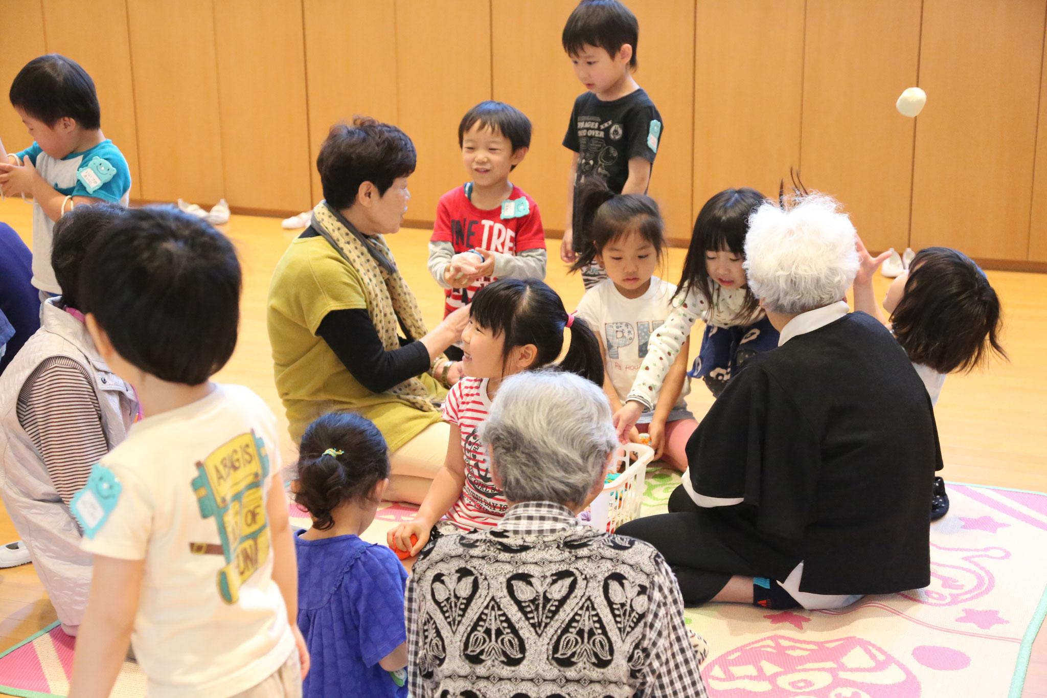 5月 伝承あそび・地域のおじいちゃん・おばあちゃんと一緒に昔遊びを楽しみます。