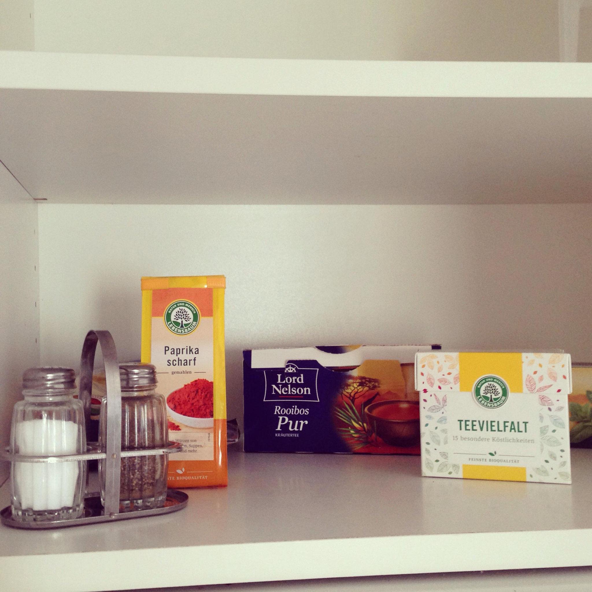 Symbolbild für die große Problematik normal ausgestatteter Airbnb-Apartments. Ein bisschen frischer Lebensbaum-Wind, macht die Gewürz- und Tee-Auswahl direkt bunter.
