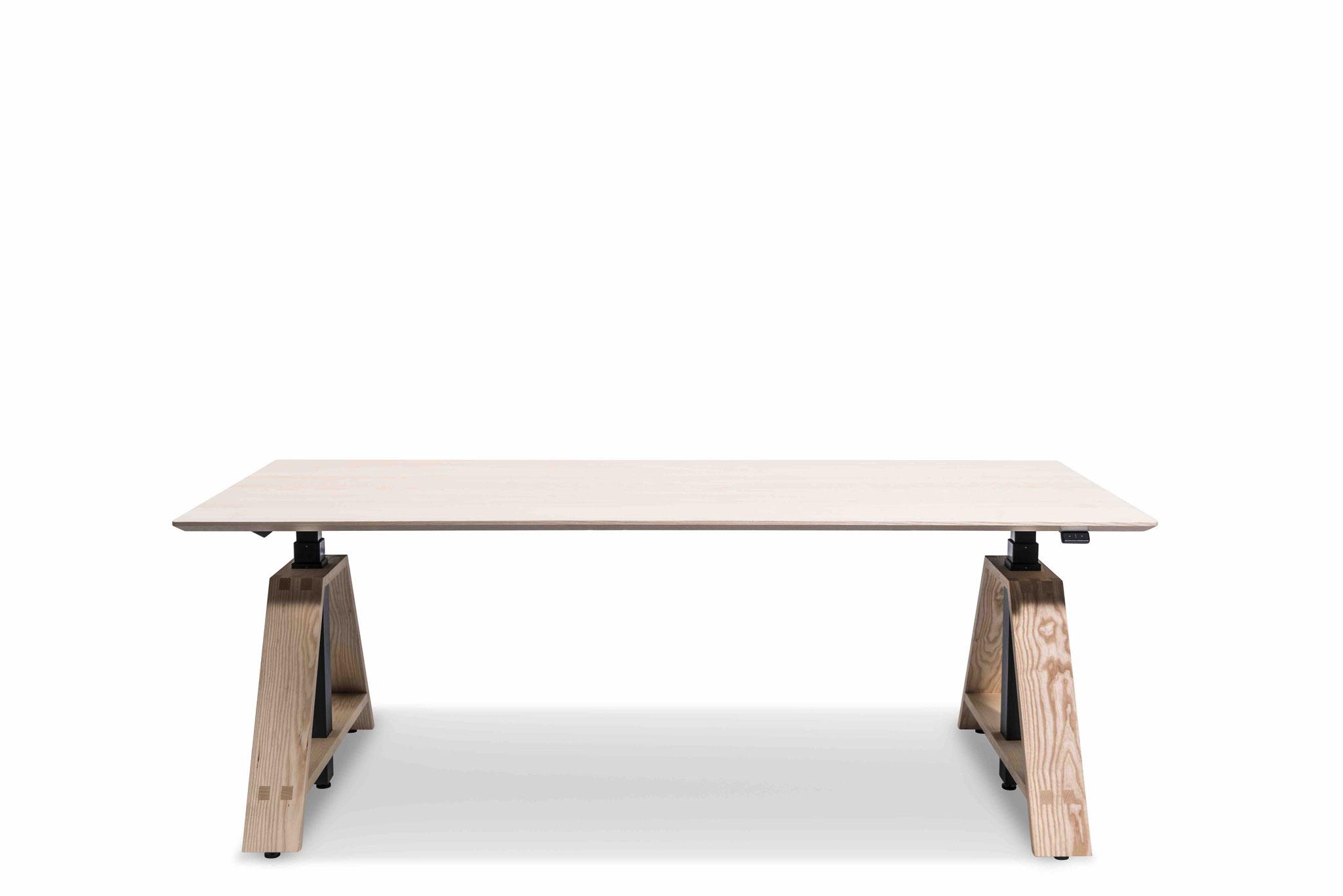 MOTU A PLUS, Gestell schwarz mit Eschenfuß, Tischplatte Esche