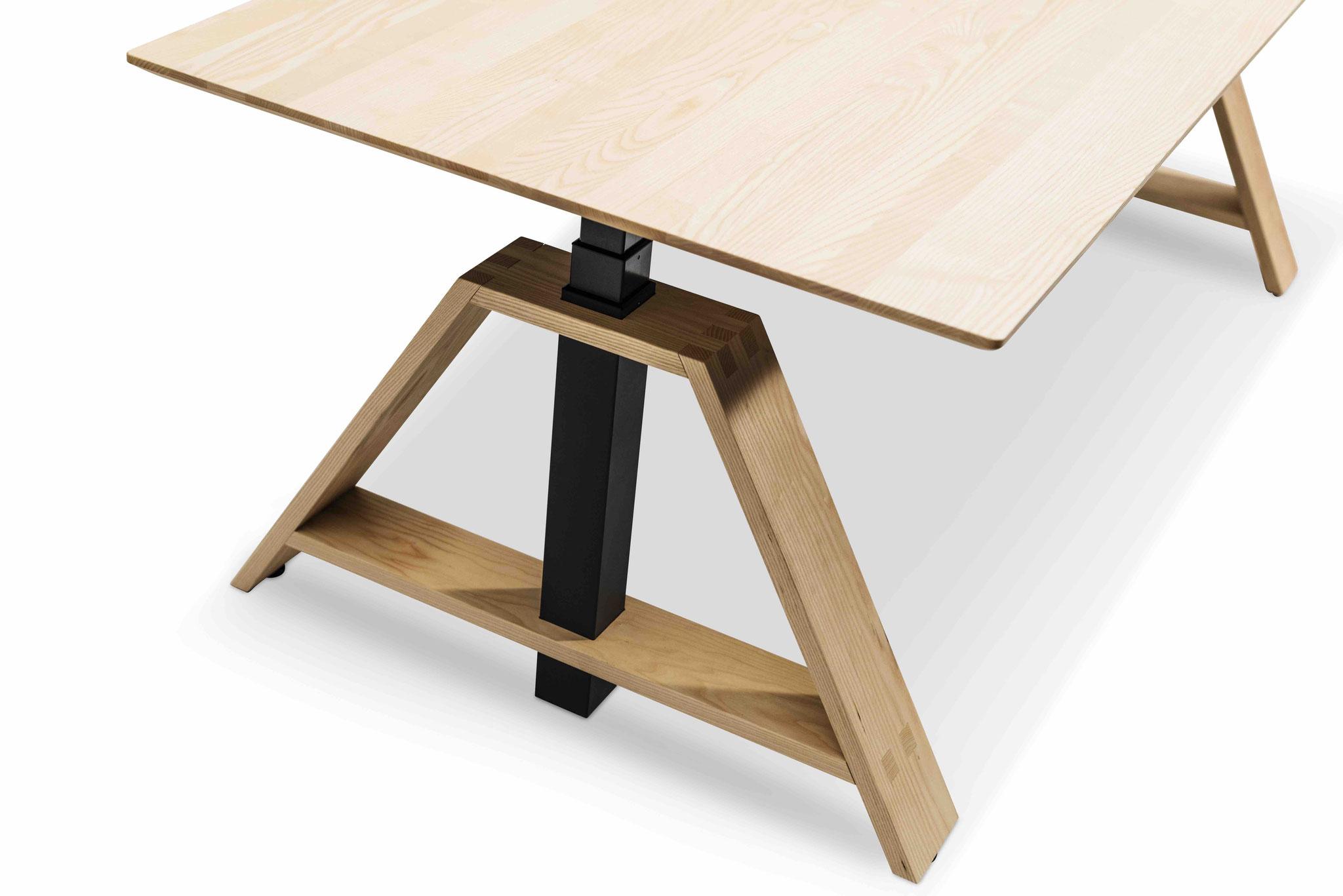 MOTU A PLUS, Gestell schwarz mit Eschenfuß, Tischplatte Esche II