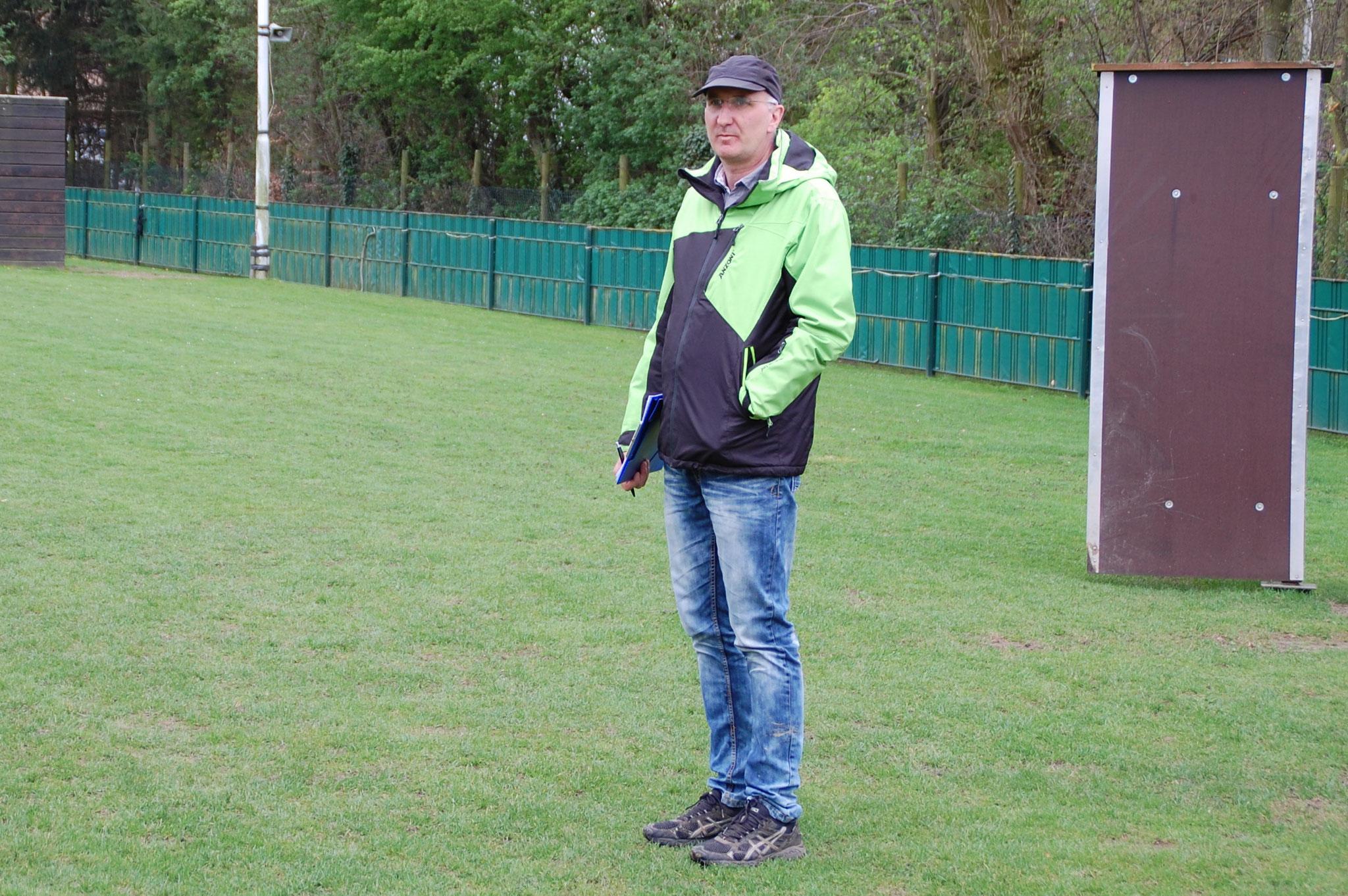 Der Leistungsrichter, Jürgen Maibüchen, wartet auf die nächste Unterordnung